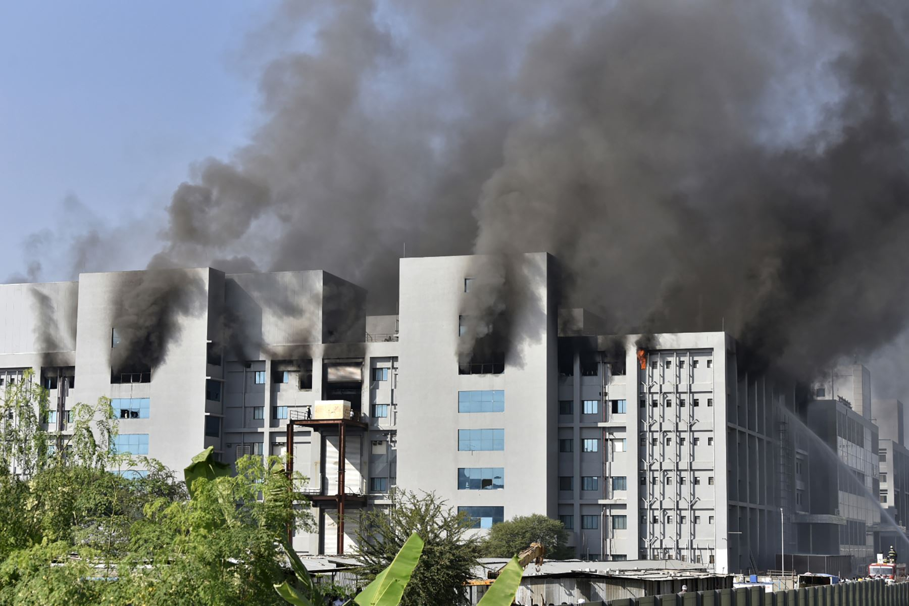 El humo se eleva después de que estalló un incendio en el Serum Institute de India  en el Serum Institute de India, el mayor fabricante de vacunas del mundo.