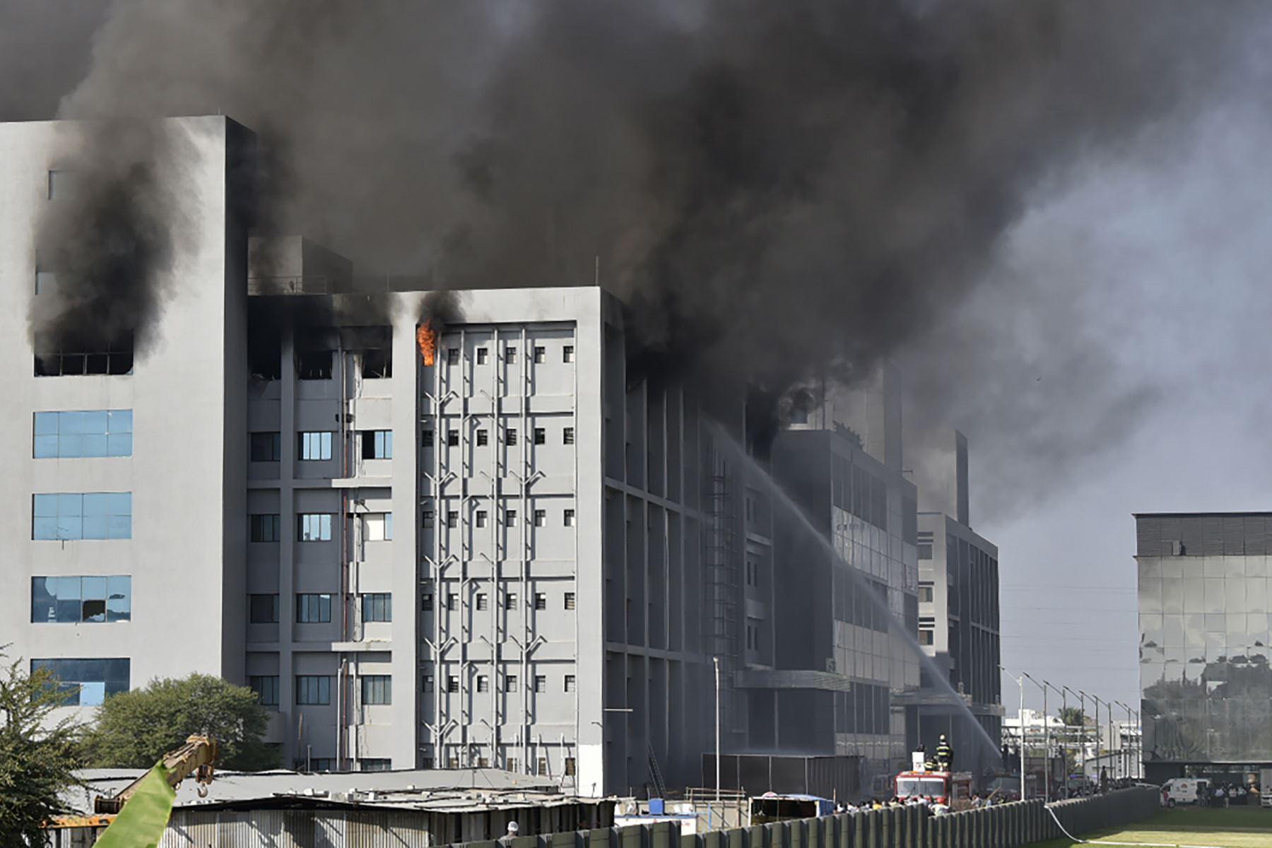 Los bomberos intentan controlar un incendio que se desató  en el Serum Institute de India, el mayor fabricante de vacunas del mundo, mostraron imágenes de televisión local, pero los medios informaron que la producción de la vacuna contra el coronavirus no se vio afectada. Foto: AFP