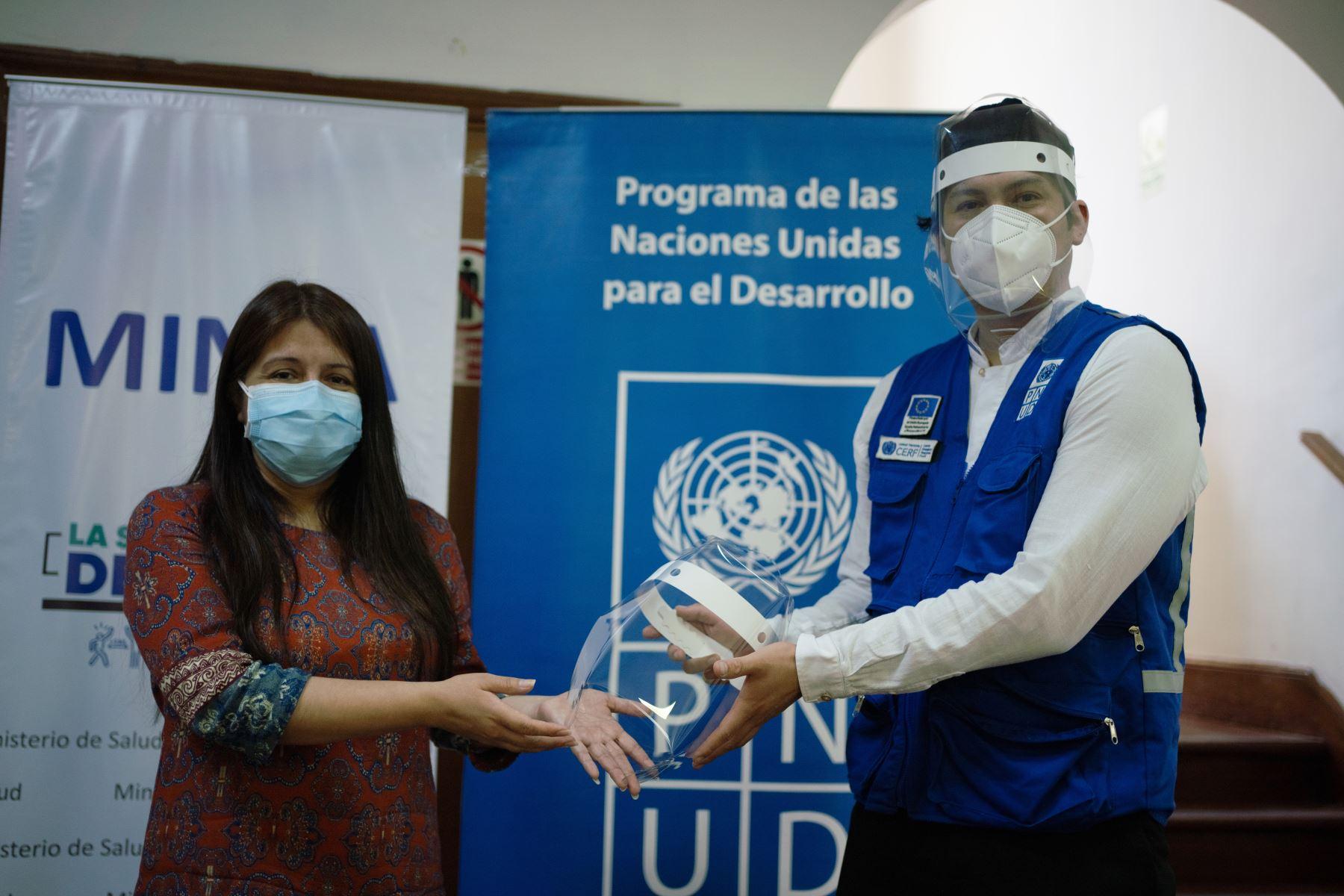 """El Programa de las Naciones Unidas para el Desarrollo, FabLab Perú y diversas instituciones aliadas realizaron la entrega de 11 mil 500 """"Cascos de Vida"""" al Ministerio de Salud destinados a proteger al cuerpo médico en terreno. Foto: PNUD"""