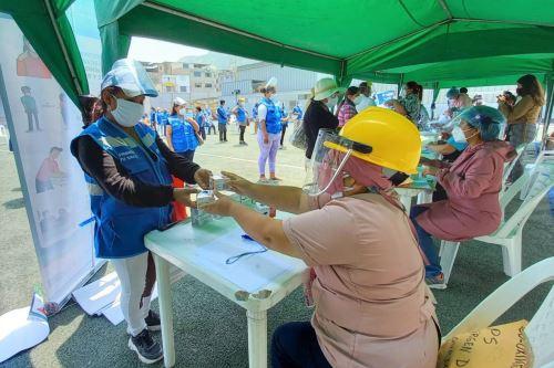 Diris Lima Sur entrega pulsioxímetros y  mascarillas a 70 Comités Comunitarios en Salud de Villa María del Triunfo
