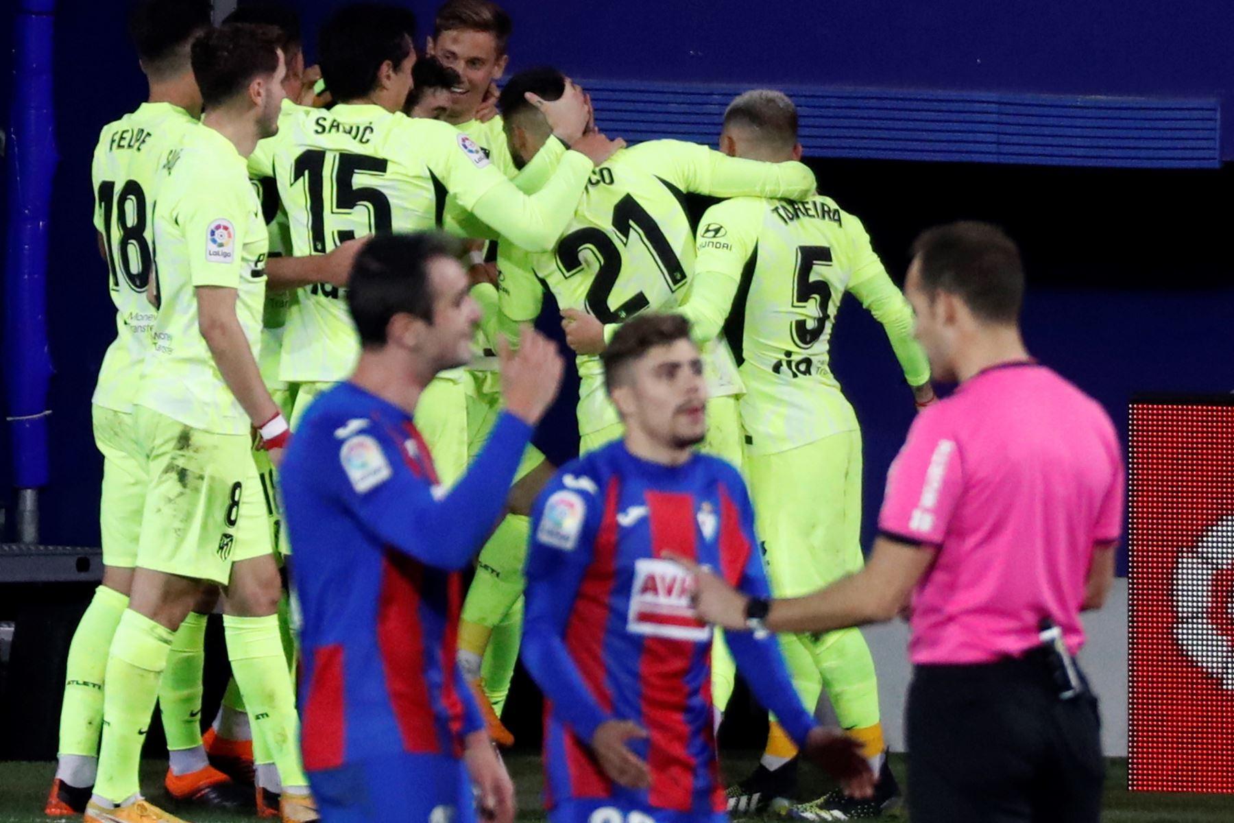 Los jugadores del Atlético de Madrid celebran el segundo gol de Luis Suárez, en el encuentro correspondiente a la jornada 19 de Primera División que Eibar y Atlético de Madrid disputaron. Foto: EFE