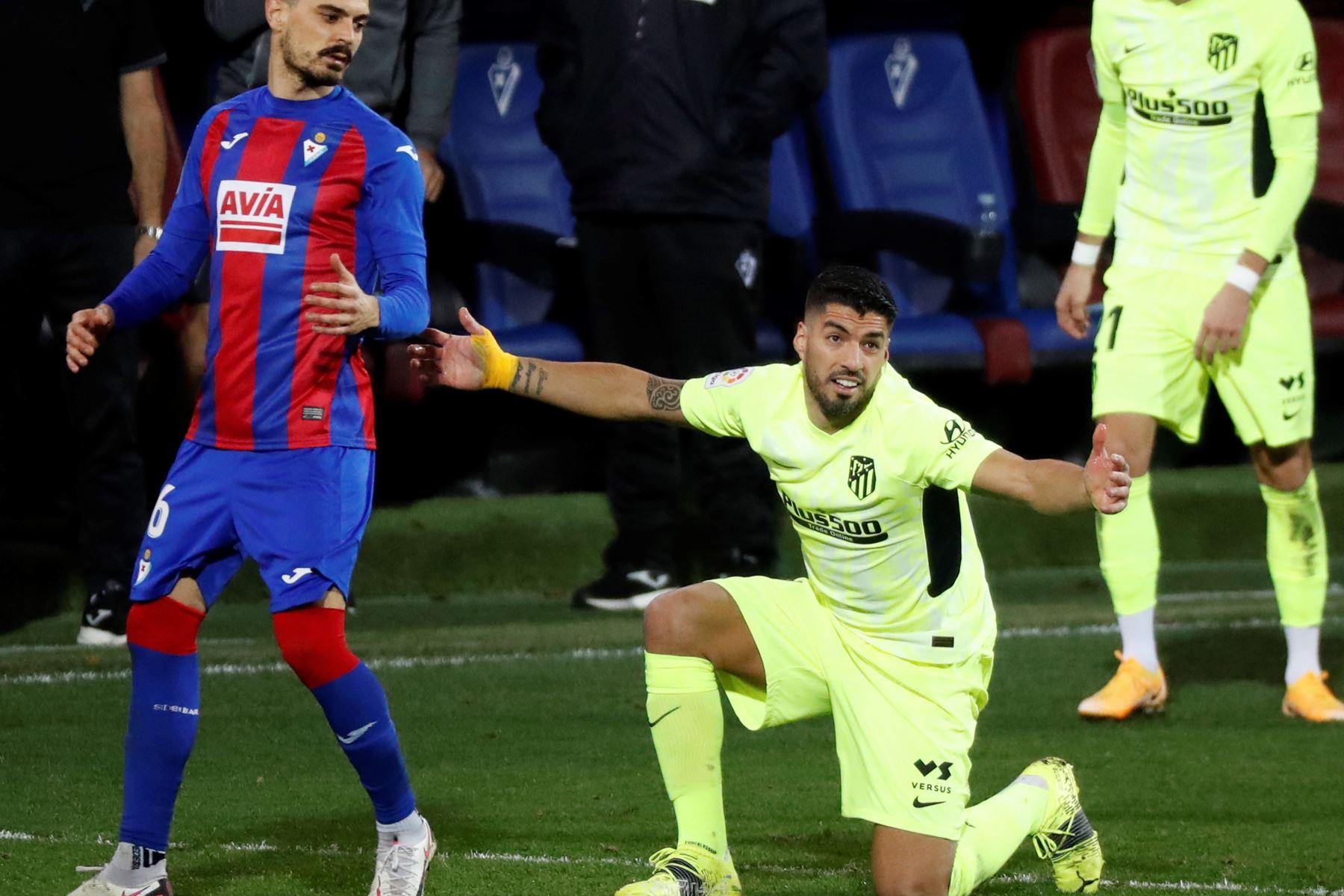 El delantero uruguayo del Atlético de Madrid, Luis Suárez, se queja de una entrada ante el centrocampista del Eibar, Sergio Álvarez, durante el encuentro correspondiente a la jornada 19 de primera división disputado  en el estadio Ipurua, en Eibar. Foto: EFE