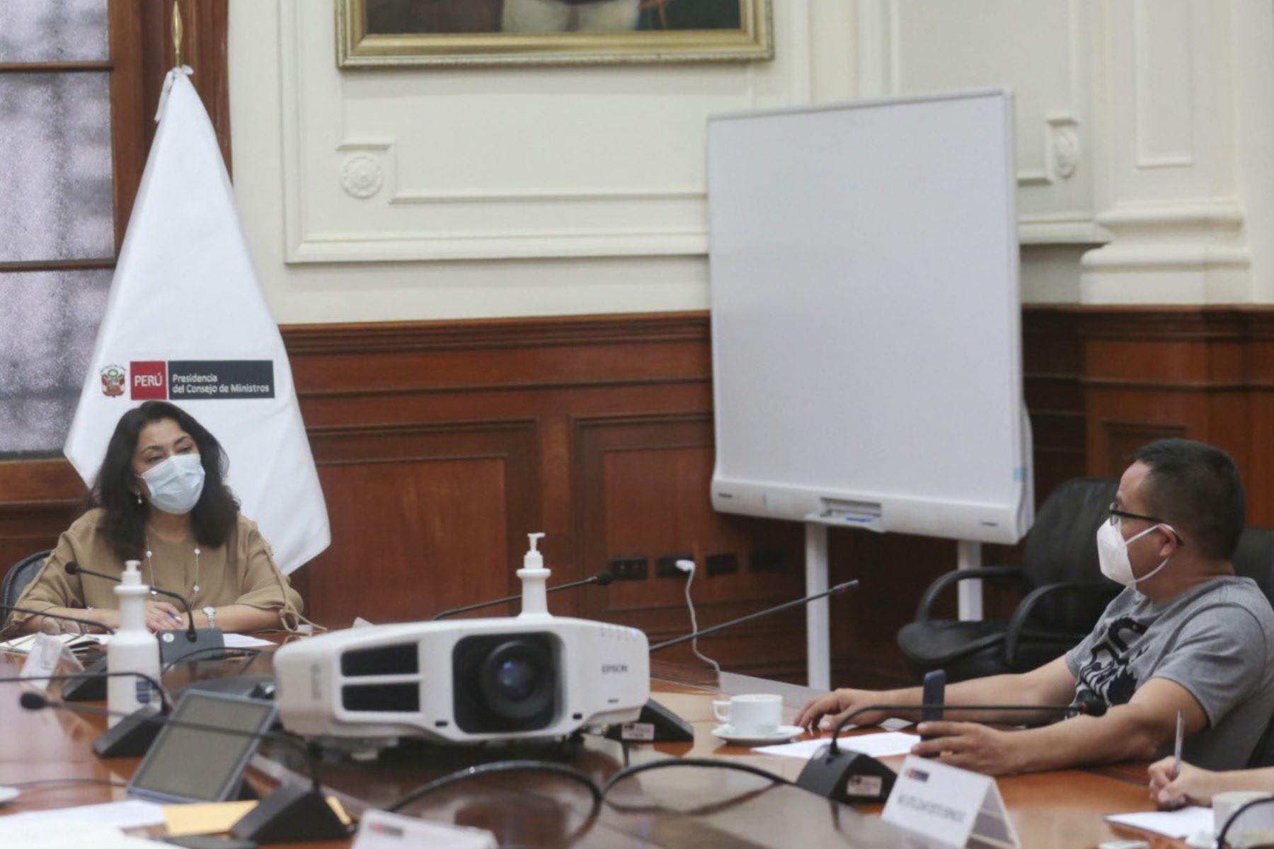 La presidenta del Consejo de Ministros, Violeta Bermúdez, se reunió con el congresista Lenin Bazán, representante del Frente Amplio por la región La Libertad. Foto: PCM