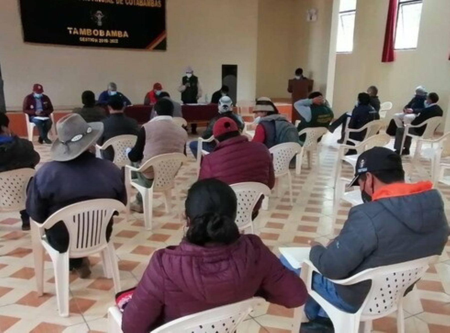 Representantes del Minem informan sobre inversiones en Apurímac y el canon minero a dirigentes de las provincias de Cotabambas y Grau como parte del proceso de diálogo para garantizar el tránsito en el Corredor Vial Sur.