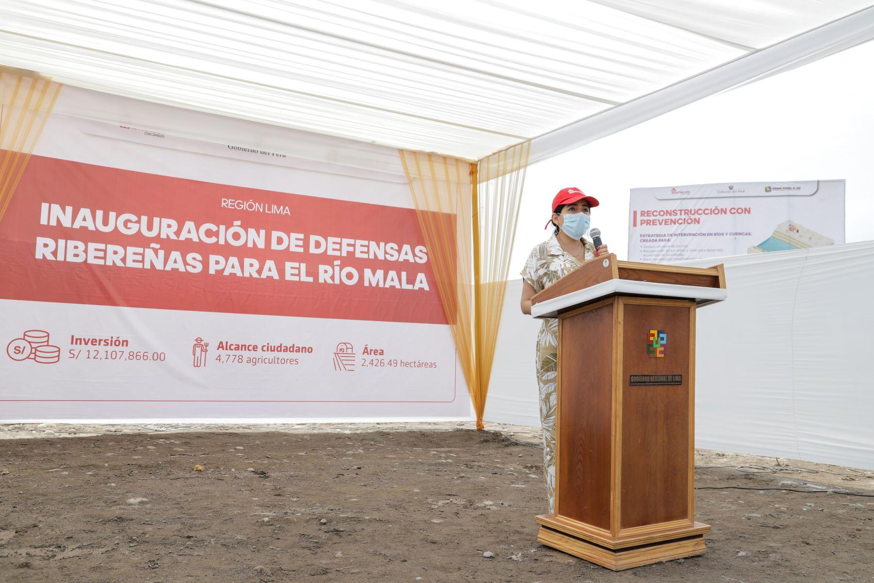 Directora de la Autoridad para la Reconstrucción con Cambios, Amalia Moreno  inaugura las  defensas ribereñas del río Mala. Foto: ARCC