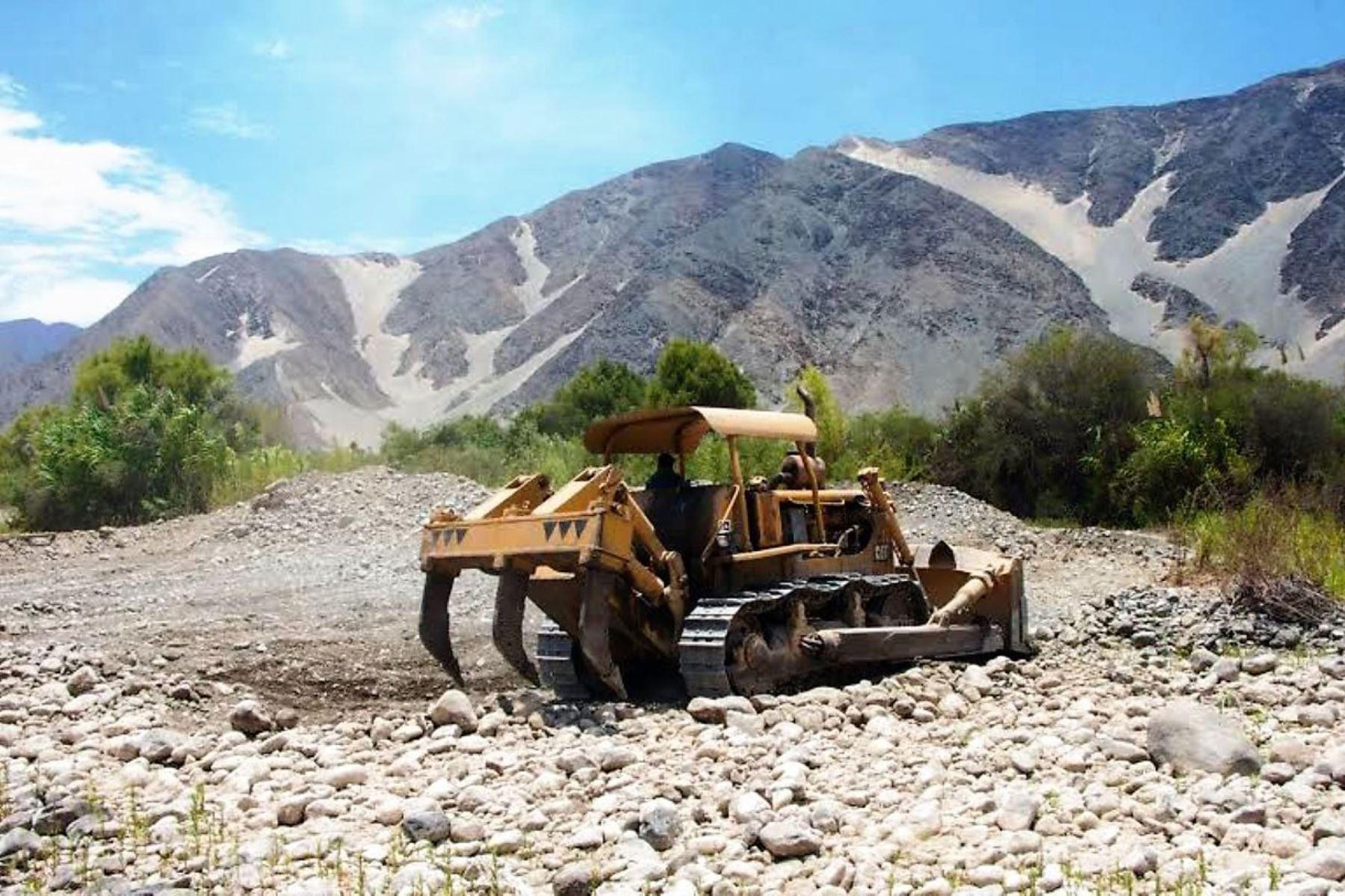 Maquinaria pesada del programa Provías Nacional se moviliza en la provincia ancashina de Bolognesi para atender emergencia en el río Aynin.