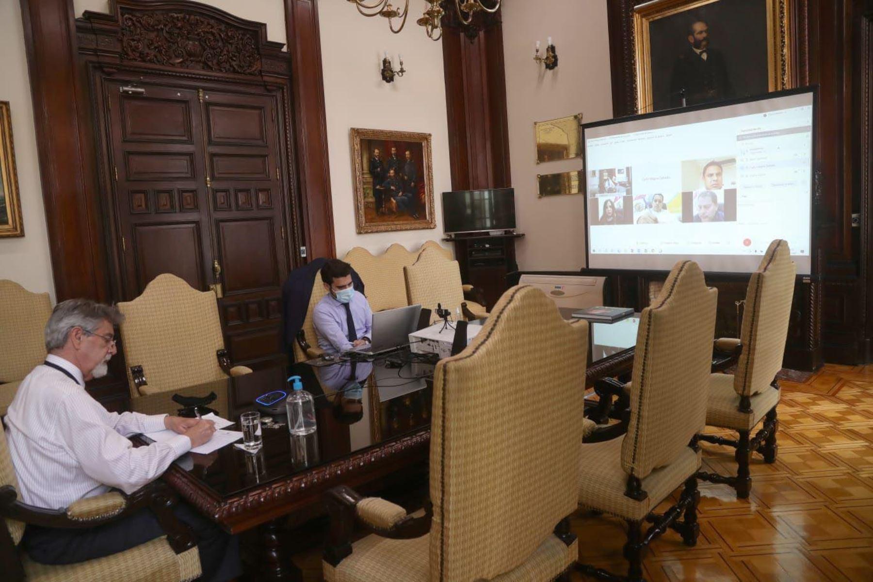 Presidente de la República, Francisco Sagasti continua con las reuniones virtuales de trabajo con los diferentes grupos parlamentarios. En esta oportunidad , dialogó esta con congresistas de Fuerza Popular, Acción Popular, Descentralización Democrática y Podemos Perú. Foto: ANDINA/Prensa Presidencia