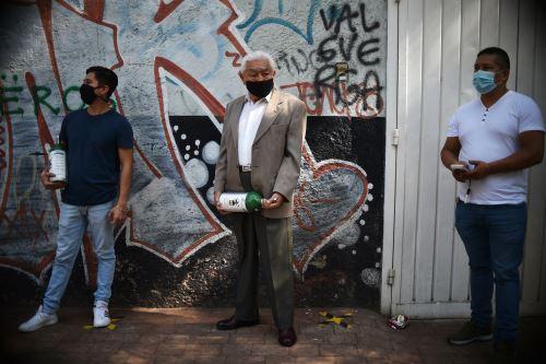 """Aunque el gobierno habilitó expendios gratuitos de oxígeno, """"el  gran problema es la falta de tanques. No hay en qué llevárselo"""", indicó Montaño. Foto: AFP"""