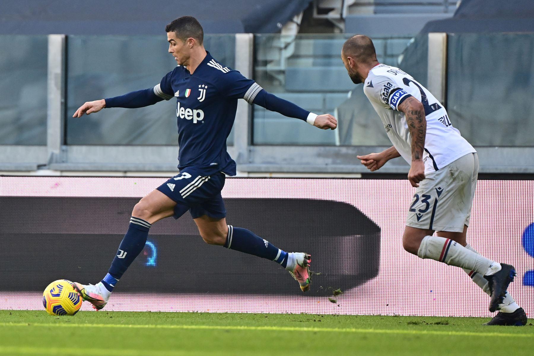 El delantero portugués de la Juventus, Cristiano Ronaldo, desafía al defensor brasileño de Bolonia Danilo durante el partido de fútbol de la Serie A italiana Juventus vs Bologna en el estadio de la Juventus en Turín.  Foto.  AFP