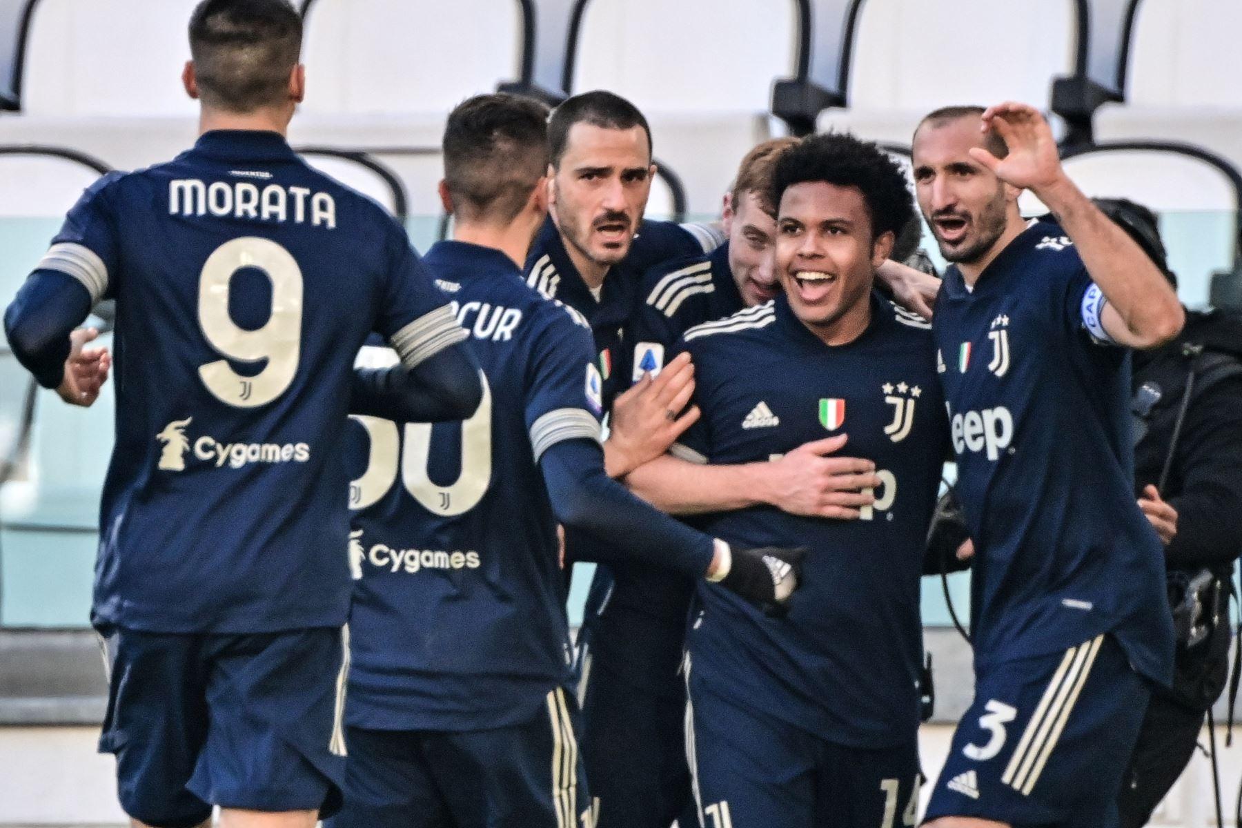 El centrocampista estadounidense de la Juventus Weston McKennie celebra tras anotar durante el partido de fútbol de la Serie A italiana Juventus vs Bologna en el estadio de la Juventus en Turín.  Foto: AFP