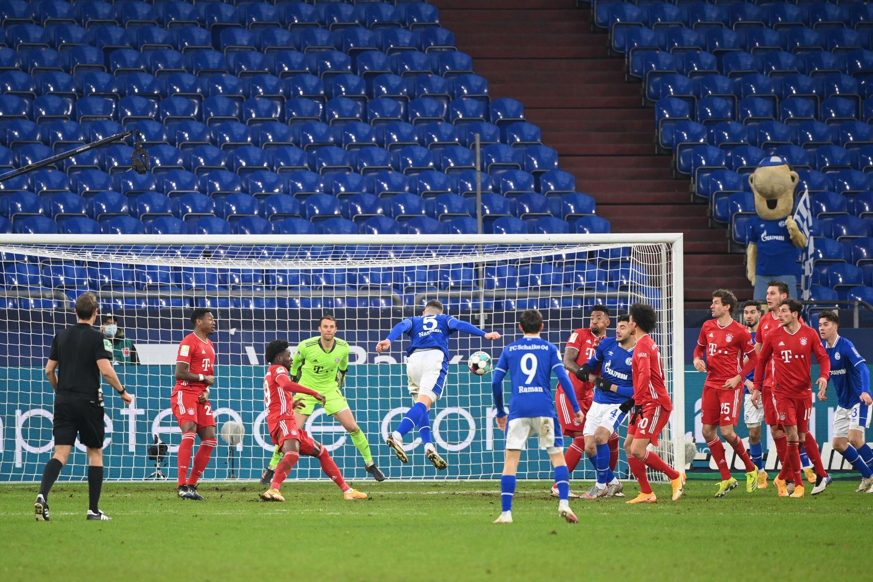 El defensor serbio del Schalke Matija Nastasic intenta anotar durante el partido de fútbol de la Bundesliga de primera división alemana Schalke 04 v FC Bayern Munich en Gelsenkirchen, en el oeste de Alemania. Foto: AFP