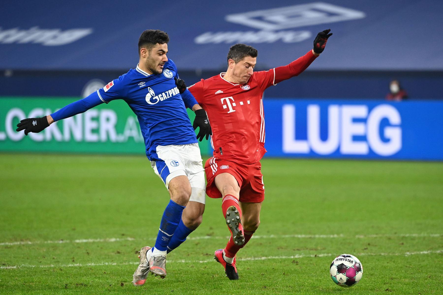 El defensor turco del Schalke Ozan Kabak  y el delantero polaco del Bayern Múnich Robert Lewandowski compiten por el balón durante el partido de fútbol de la Bundesliga de primera división alemana Schalke 04 v FC Bayern Munich en Gelsenkirchen, Alemania occidental. Foto:  AFP