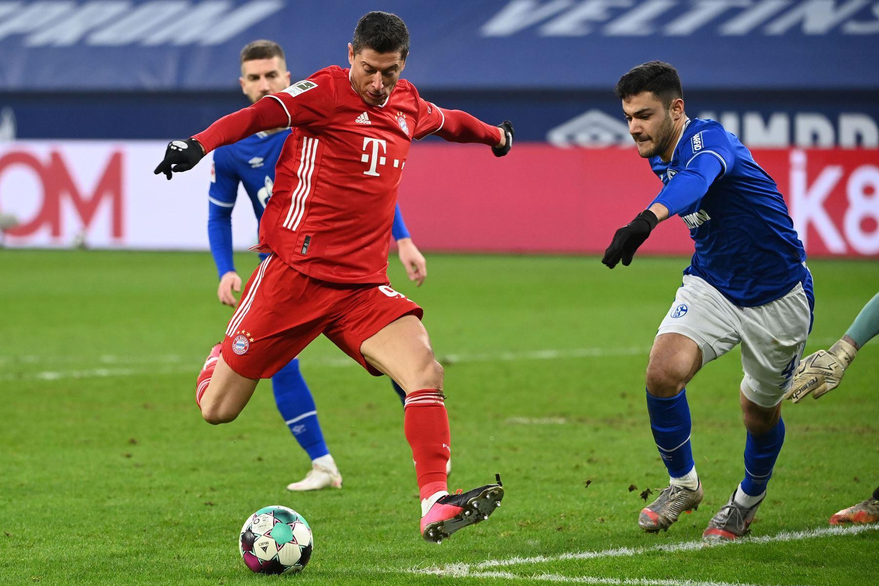 El delantero polaco del Bayern de Múnich Robert Lewandowski marca el 0-2 durante el partido de fútbol de la Bundesliga de primera división alemana Schalke 04 v FC Bayern Munich en Gelsenkirchen, Alemania occidental. Foto: AFP