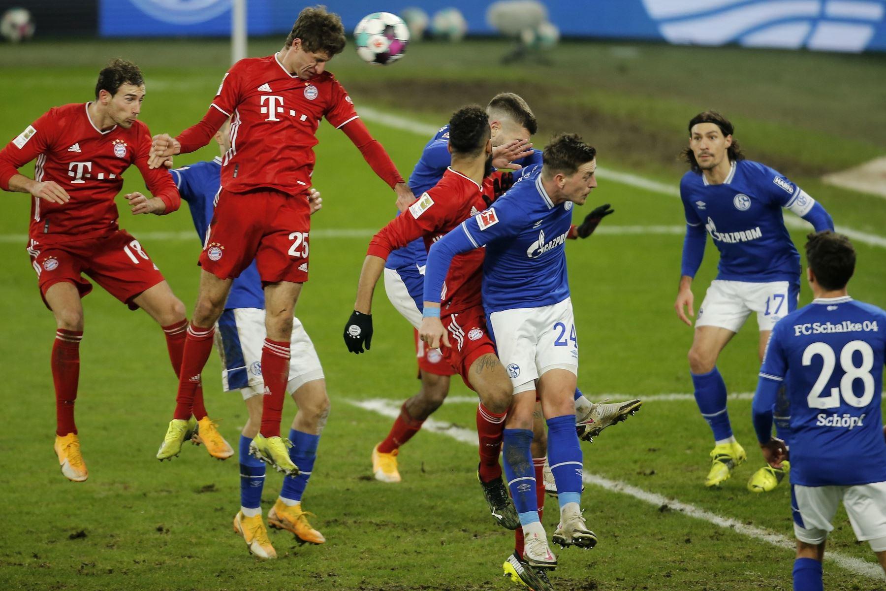 Thomas Mueller del Bayern anota el tercer gol de su equipo durante el partido de fútbol de la Bundesliga alemana entre el FC Schalke 04 y el FC Bayern de Múnich en Gelsenkirchen, Alemania. Foto: EFE