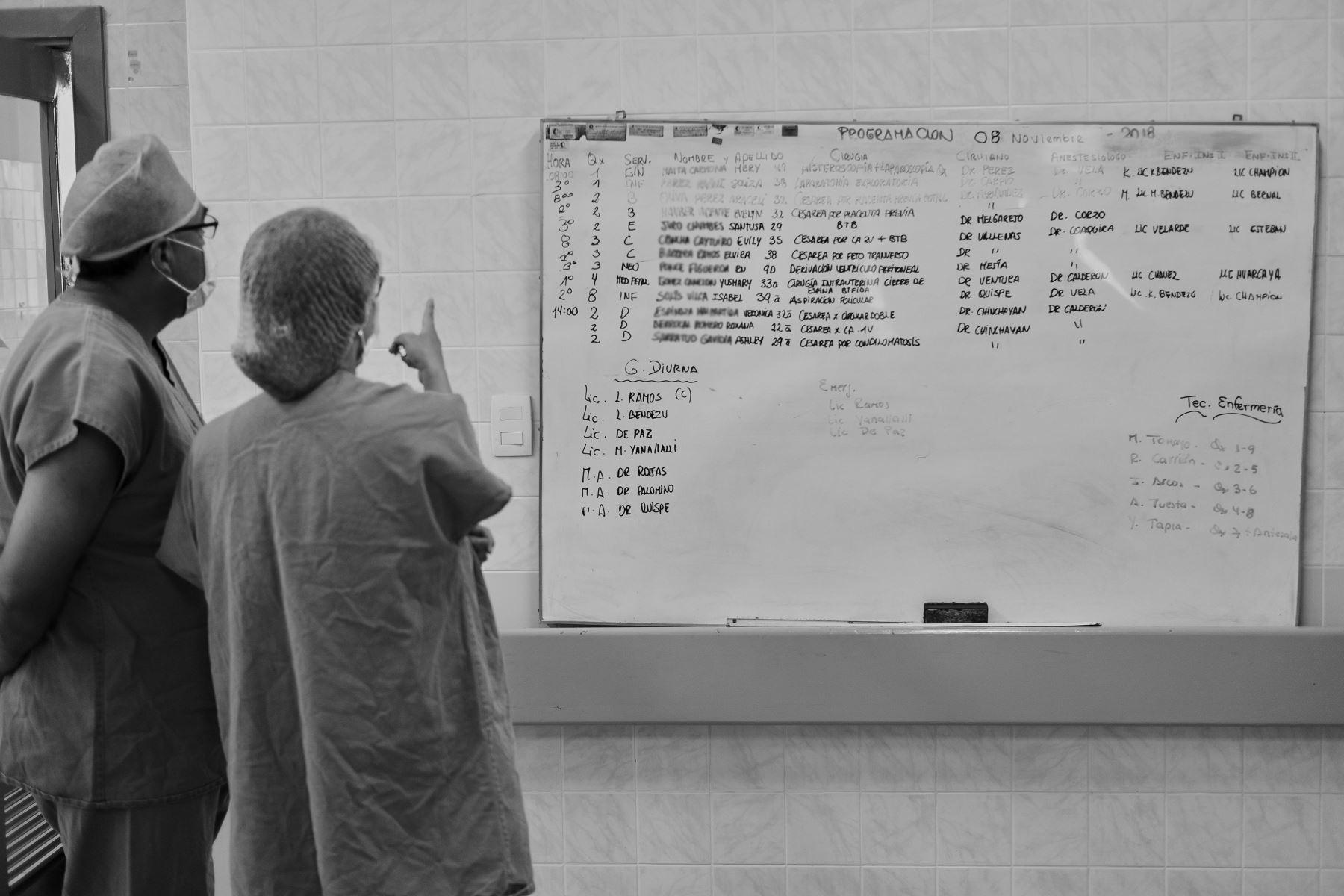 En una pared del pasillo que lleva a los quirófanos cuelga una pizarra con datos: nombre de las pacientes, hora de la operación, número de sala y nombre del médico principal. Operar a un ser humano que aún no nace es un desafío para los médicos del Instituto Nacional Materno Perinatal (INMP). Un equipo de médicos protagoniza una cirugía que tiene como propósito corregir problemas congénitos de un ser humano que aún se encuentra en pleno desarrollo en el vientre de su madre. Foto: Ministerio de Salud / Miguel Mejía