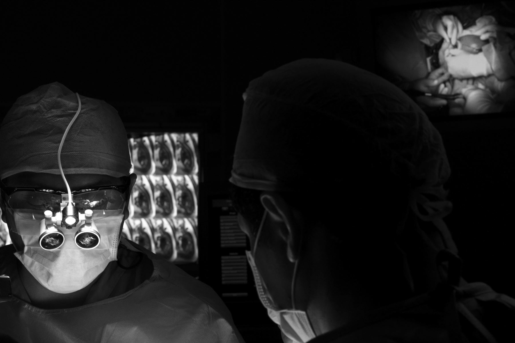 Momento crucial. Toman la posta de la operación el neurocirujano Marco Mejía y su asistente. Ellos inician la microcirugía apoyados por lupas que amplifican visualmente los tejidos que intervienen. Entre 30 y 40 minutos tardarán en corregir el defecto congénito situado en la médula espinal del feto. Foto: Ministerio de Salud/ Miguel Mejía