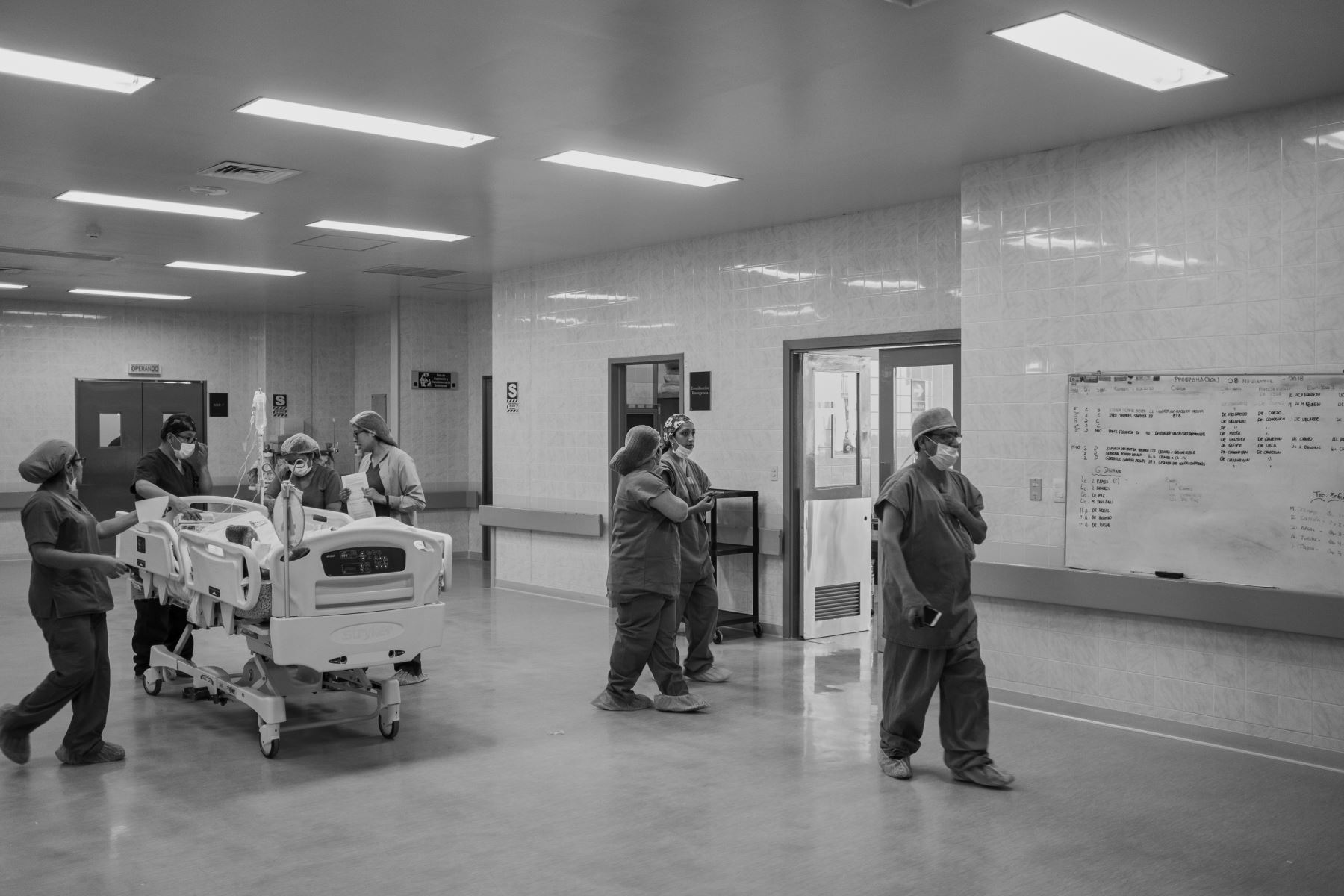 La paciente es llevada en estado consciente a la unidad de cuidados intensivos donde será monitoreada las próximas 24 horas. Luego pasará a la unidad de hospitalización donde permanecerá 4 días antes de darle de alta. Foto: Ministerio de Salud / Miguel Mejía