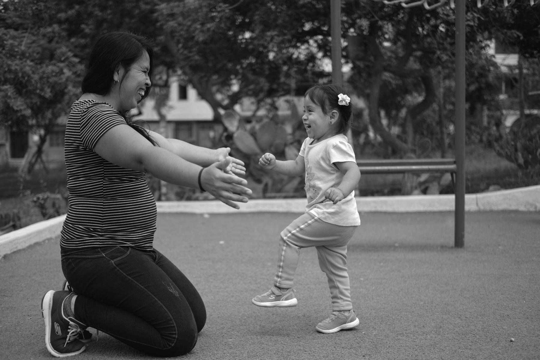 Liz Arana, de 30 años de edad, y su pequeña hija Luciana, de 2 años, representan uno de los casos de éxito de cirugía de espina bífida. Foto: Ministerio de Salud/ Miguel Mejía