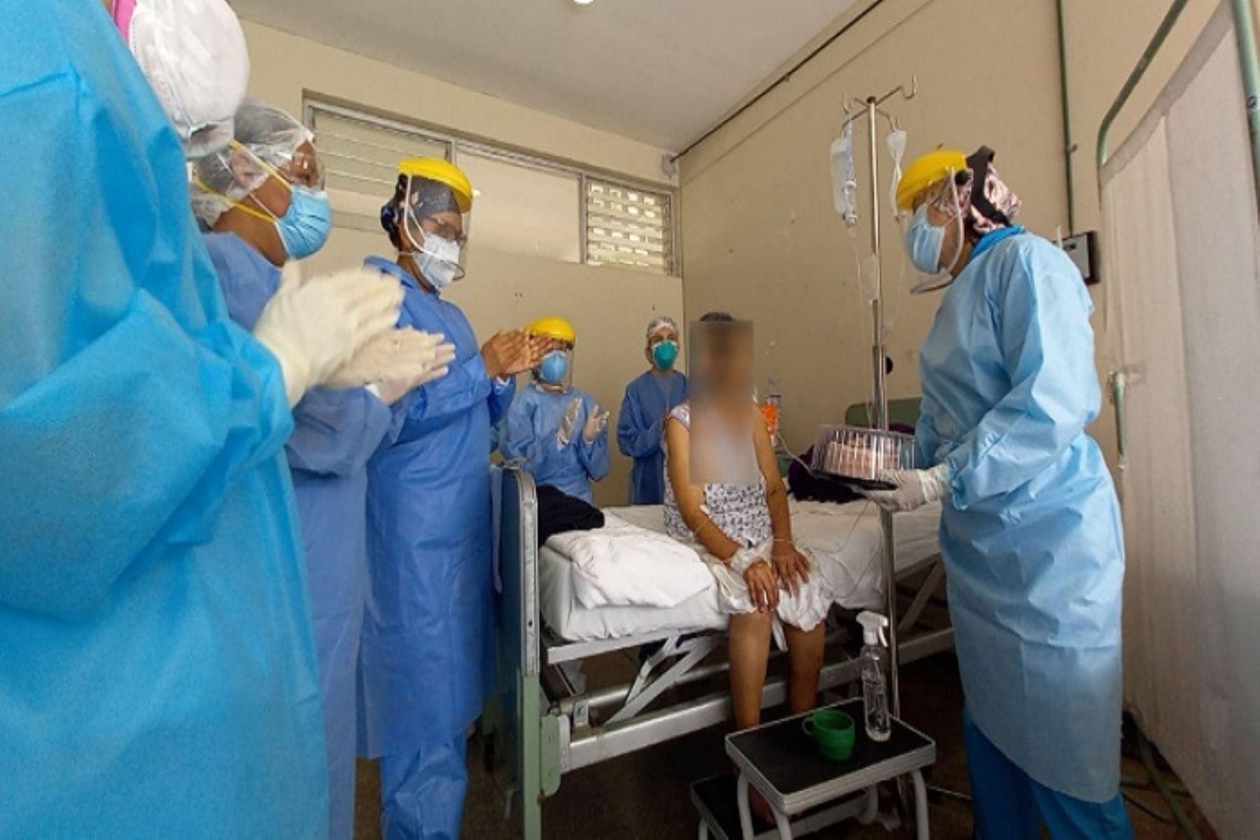 El personal de Salud también coordinó con los familiares de la anciana para que puedan saludarla a través de una videollamada.