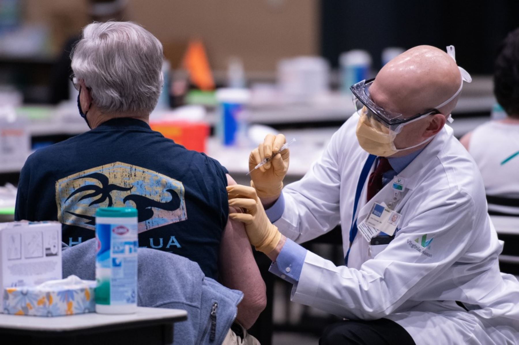 El director clínico John Corman MD en Virginia Mason administra una dosis de la vacuna Pfizer Covid-19 en el Amazon Meeting Center en el centro de Seattle, Washington. Foto: AFP