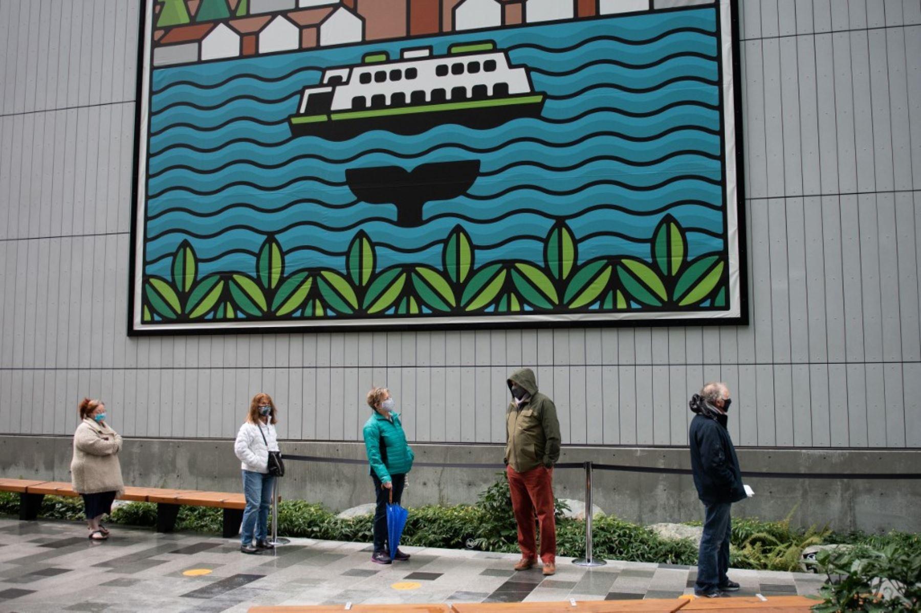 Los pacientes esperan en la fila para su cita de vacunación Covid-19 con Virginia Mason, en el Amazon Meeting Center en el centro de Seattle, Washington. Foto: AFP