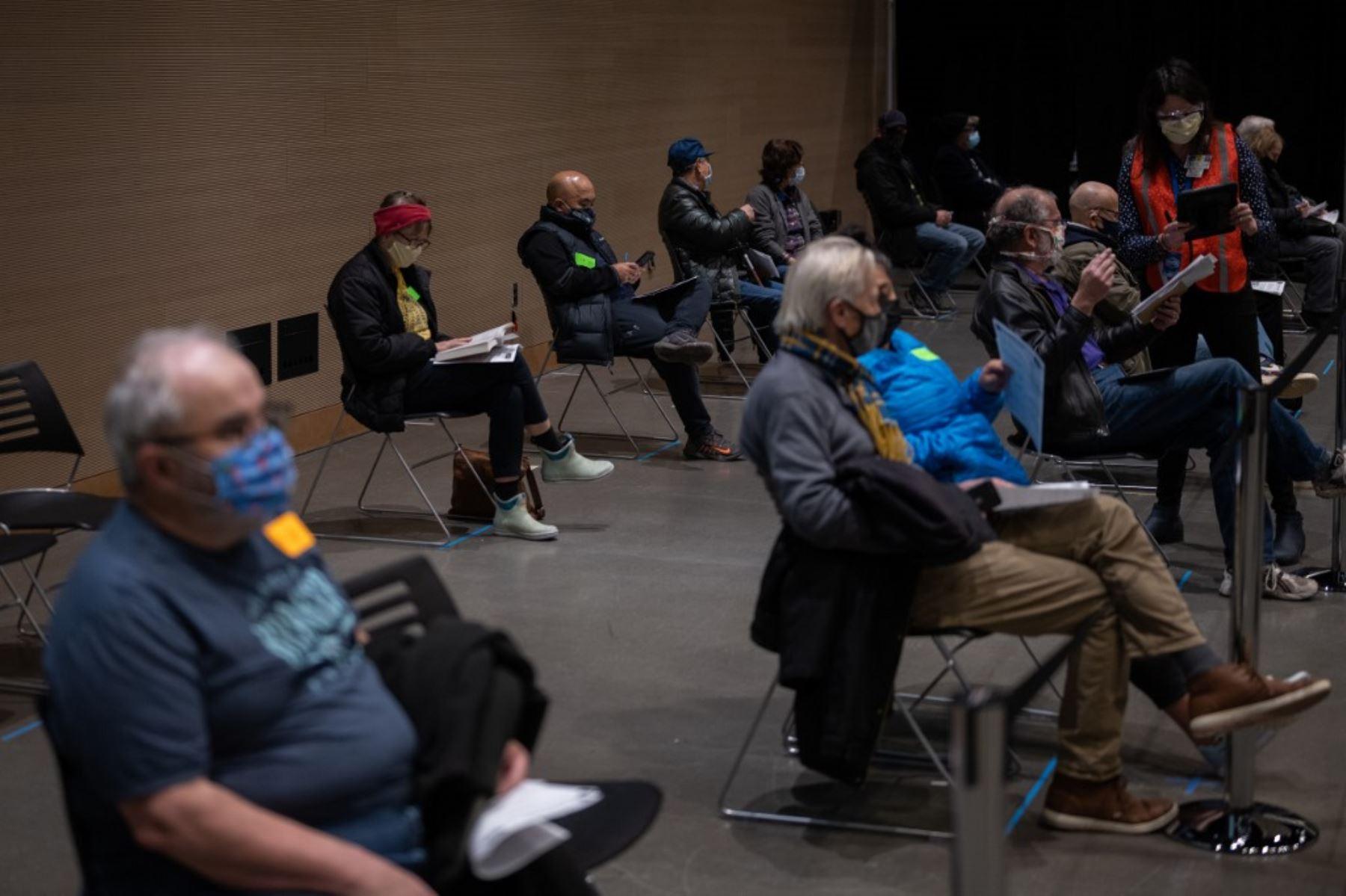 Los pacientes esperan y son observados por reacciones adversas luego de su primera dosis de la vacuna Covid-19 en el Amazon Meeting Center en el centro de Seattle, Washington. Foto: AFP