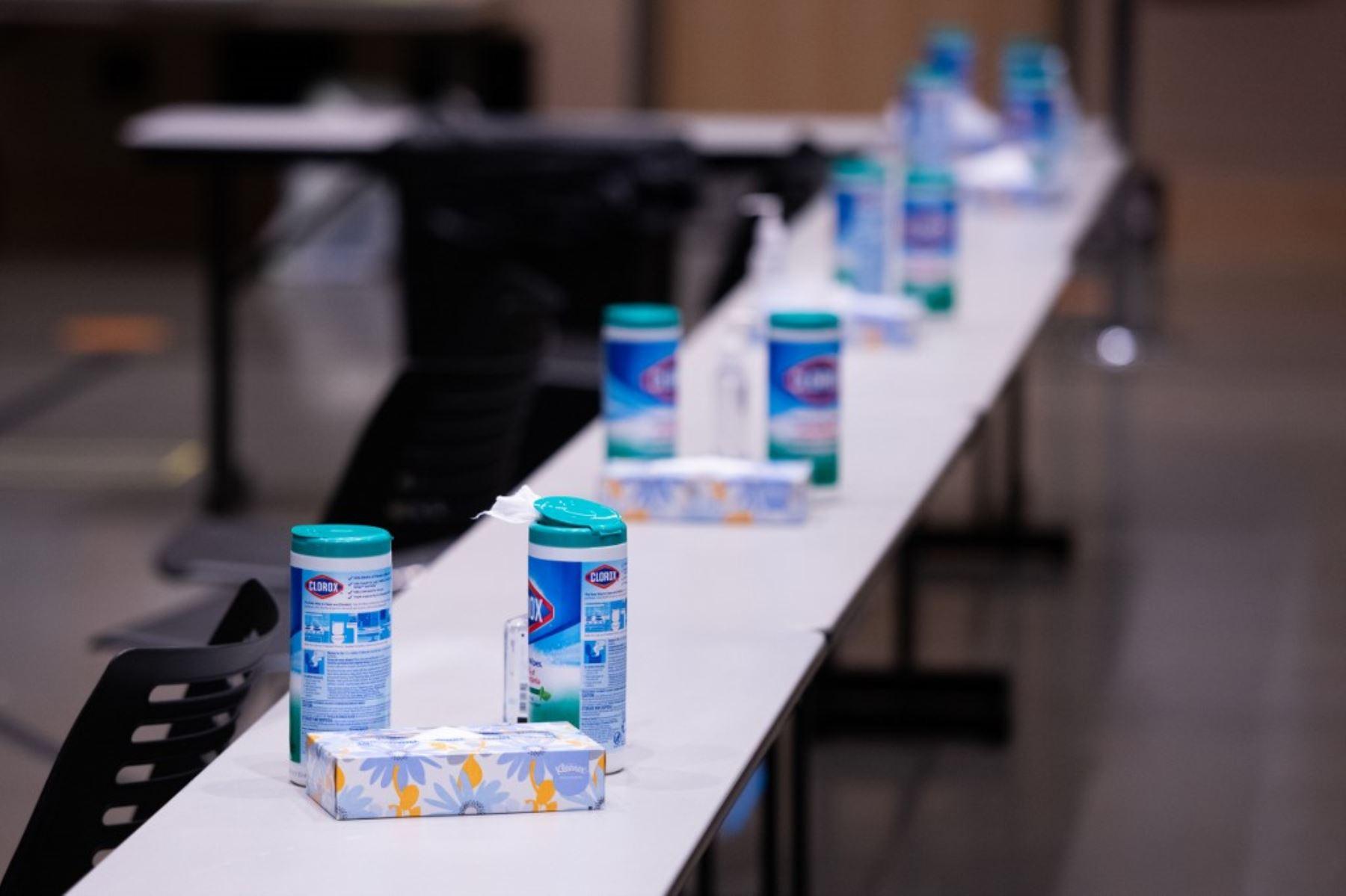 Las grapas de limpieza básicas Covid-19 descansan sobre mesas en el área de observación para pacientes recientemente vacunados con la vacuna Pfizer en el Amazon Meeting Center en el centro de Seattle, Washington. Foto: AFP