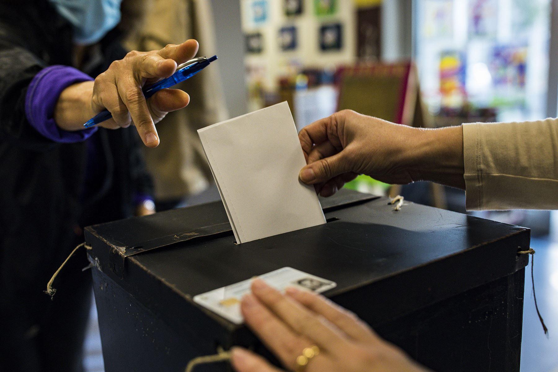 Una votante emite su voto para las elecciones presidenciales portuguesas en una escuela que se utiliza como centro de votación en el Parque das Nacoes en Lisboa, Portugal está votando a pesar del bloqueo pandémico del país.  Foto: AFP