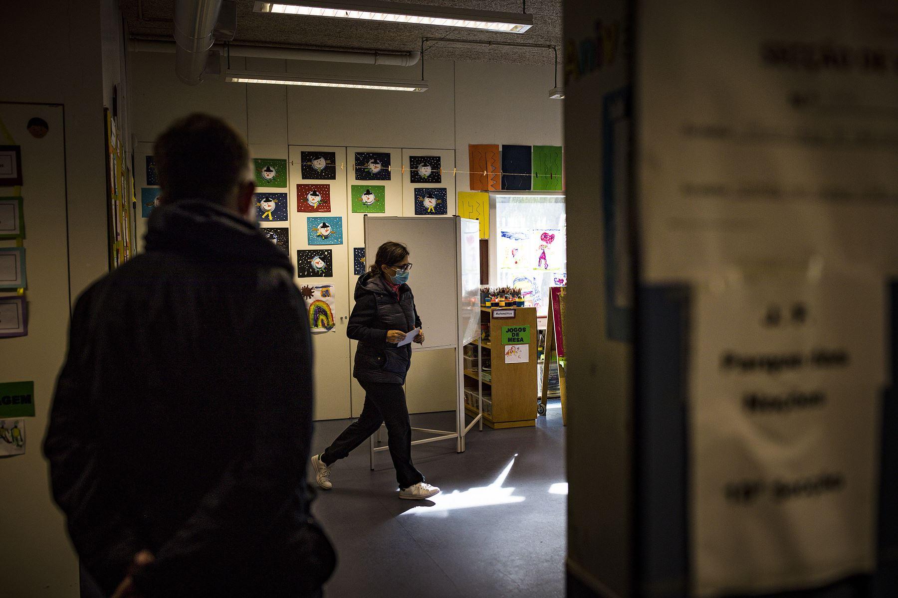 Una votante camina para emitir su voto para las elecciones presidenciales portuguesas en una escuela que se utiliza como centro de votación en el Parque das Nacoes en Lisboa, Portugal está votando a pesar del bloqueo pandémico del país.  Foto: AFP