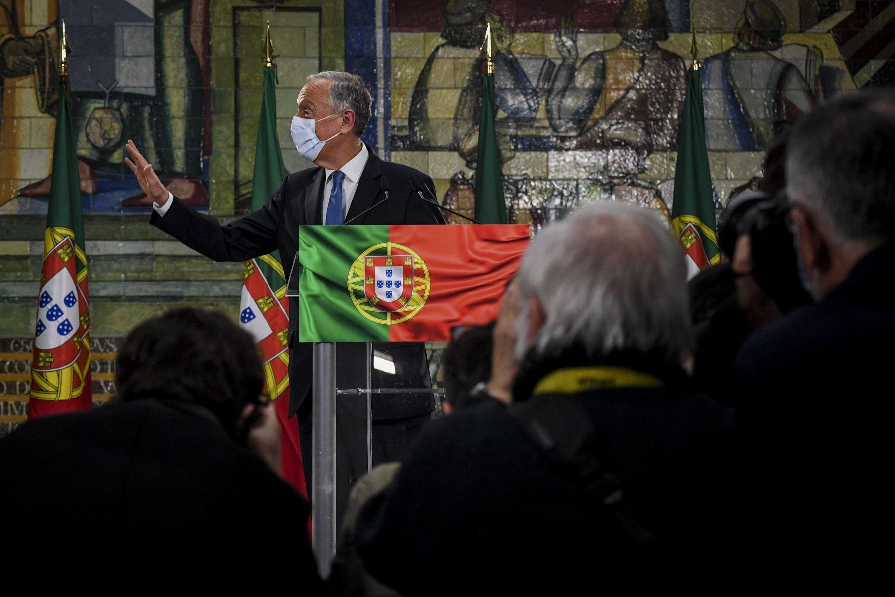 El candidato presidencial Marcelo Rebelo de Sousa hace gestos mientras pronuncia su discurso de victoria después de ser reelegido como presidente de Portugal durante las elecciones presidenciales de 2021 en Lisboa.  Foto: AFP