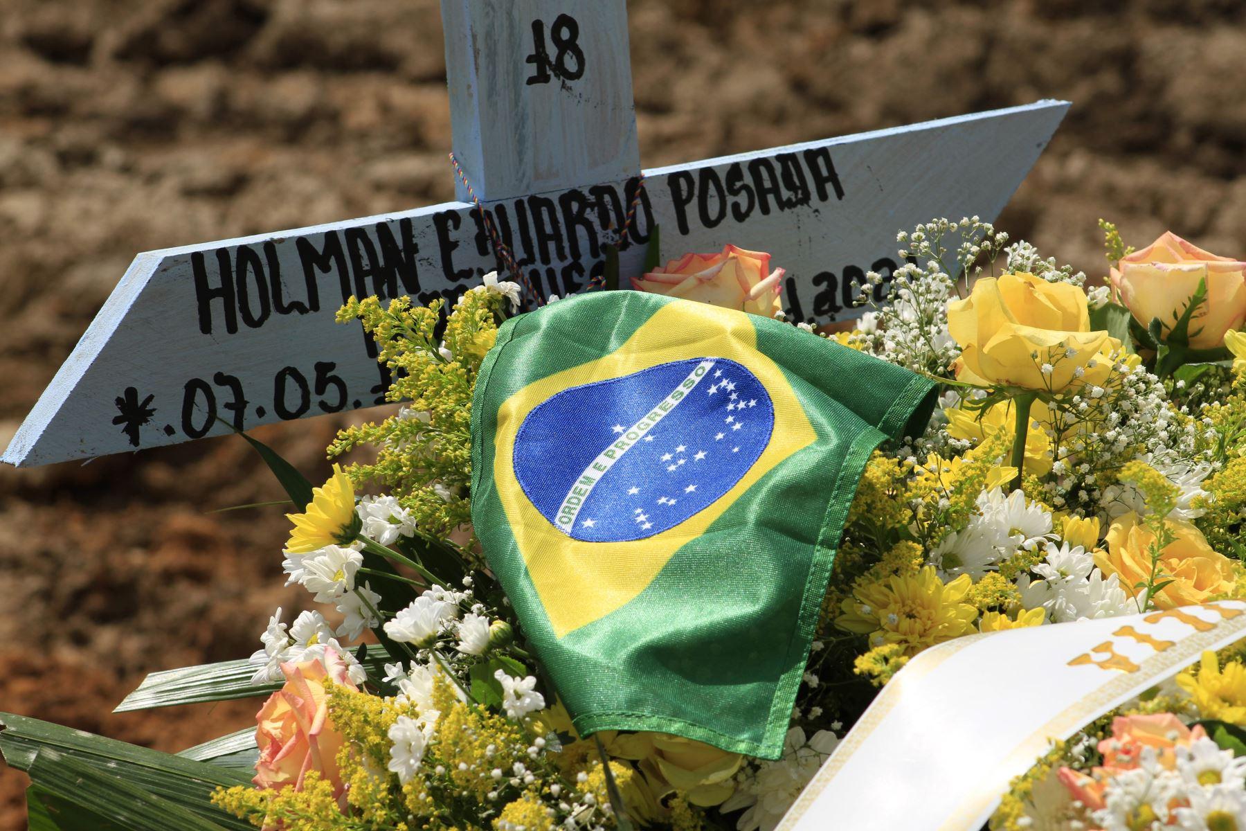 Una víctima de COVID-19 con la bandera brasileña en el cementerio de Nossa Senhora Aparecida en Manaus, estado de Amazonas, Brasil,  en medio de la pandemia del nuevo coronavirus.  Foto: AFP