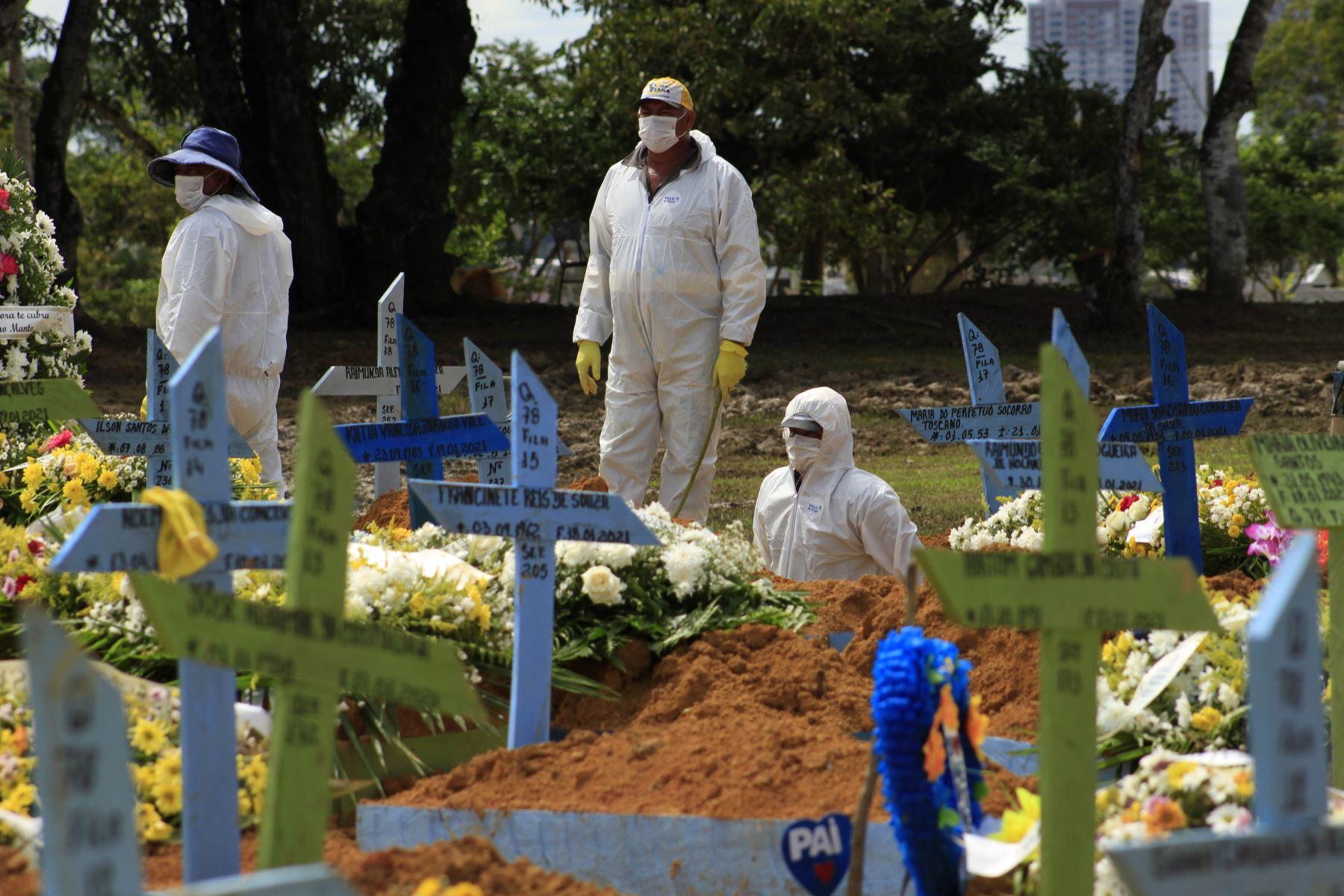 Funeral de una víctima de COVID-19 en el cementerio de Nossa Senhora Aparecida en Manaus, estado de Amazonas, Brasil. Foto:AFP