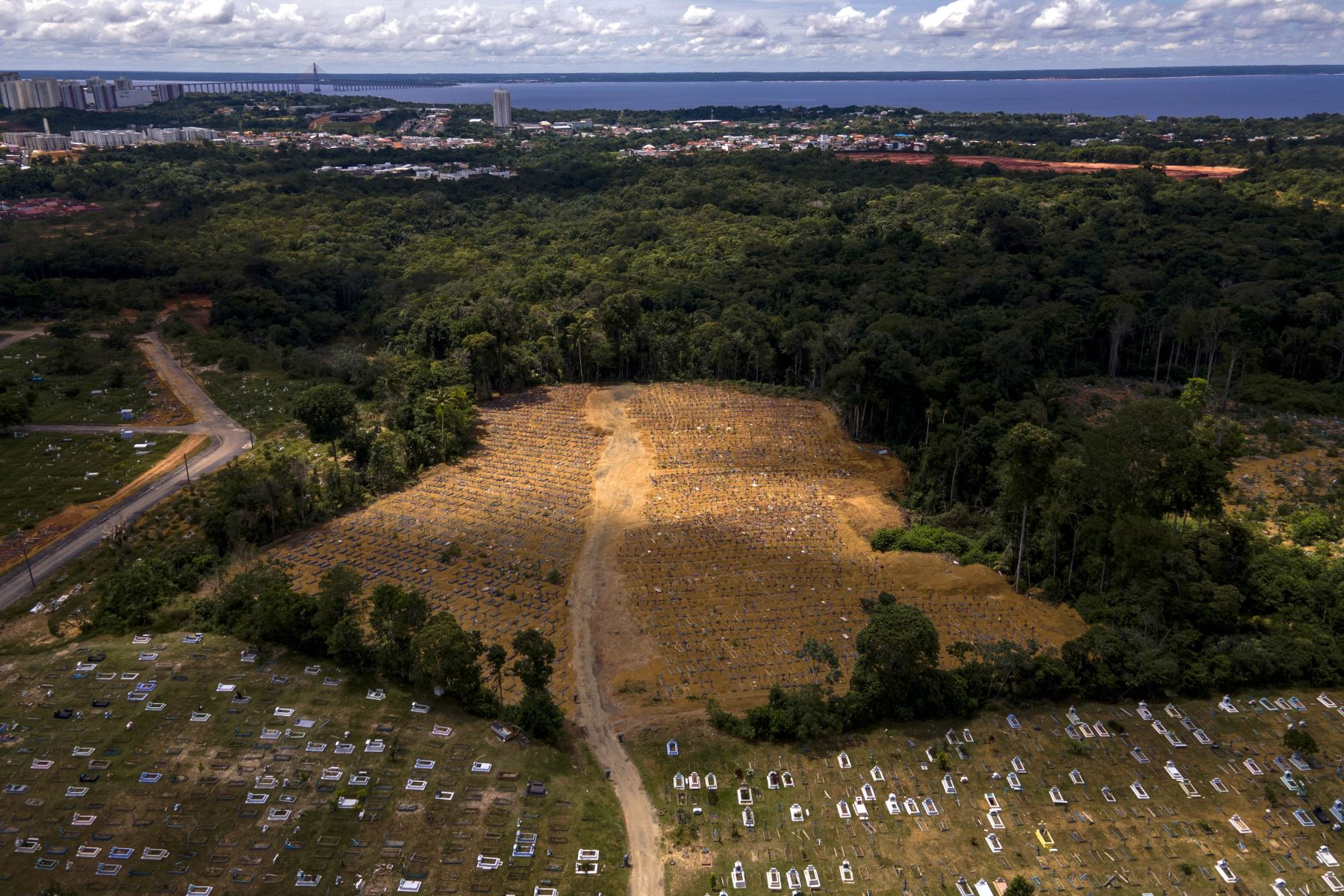 Vista aérea del cementerio Nossa Senhora Aparecida, donde están enterradas las víctimas del COVID-19, en Manaos, Brasil, Con más de 3.000 entierros en enero, la pandemia del COVID-19 acelera la expansión del cementerio más grande del capital del estado de Amazonas.  Foto: AFP