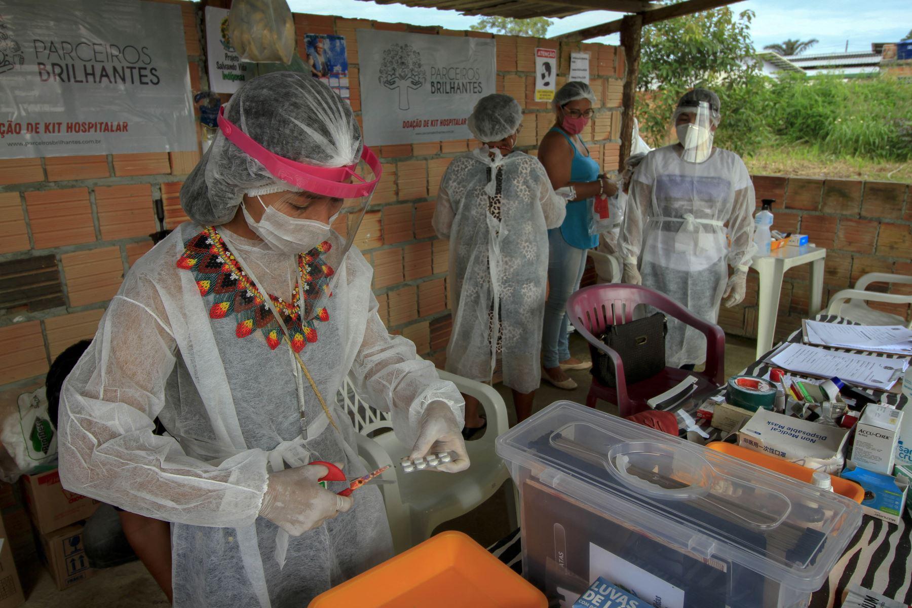 Unidad de atención médica improvisada en el barrio indígena Parque das Tribos, ubicado en la ciudad de Manaos, estado de Amazonas, para atender a pacientes en los suburbios de Manaos. Estado de Amazonas, Brasil, durante la pandemia del nuevo coronavirus COVID-19. Foto: AFP