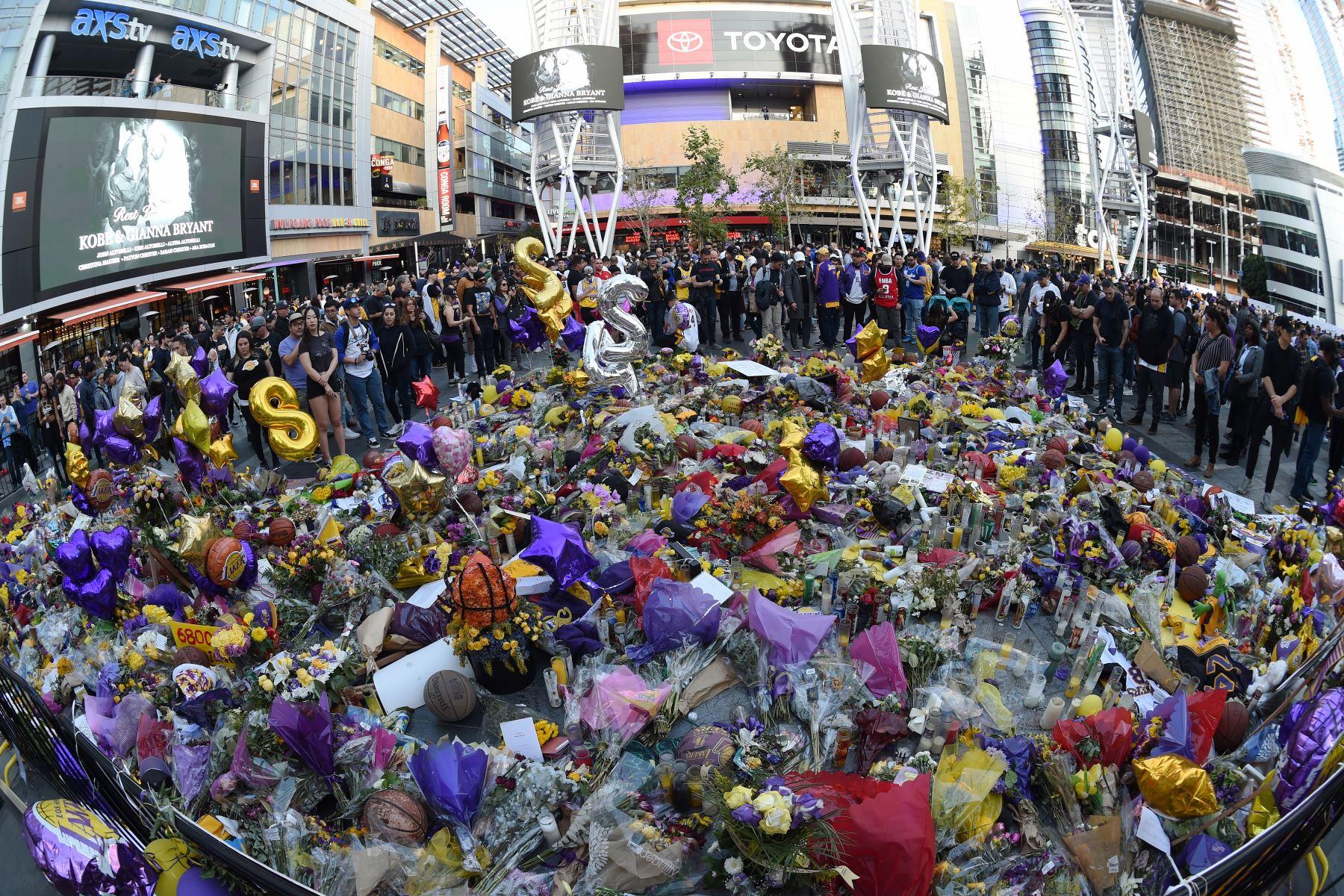 Los fanáticos honran a Kobe Bryant antes del juego entre los Lakers de Los Ángeles y los Trail Blazers de Portland, en el STAPLES Center en los Ángeles, California. Foto: AFP