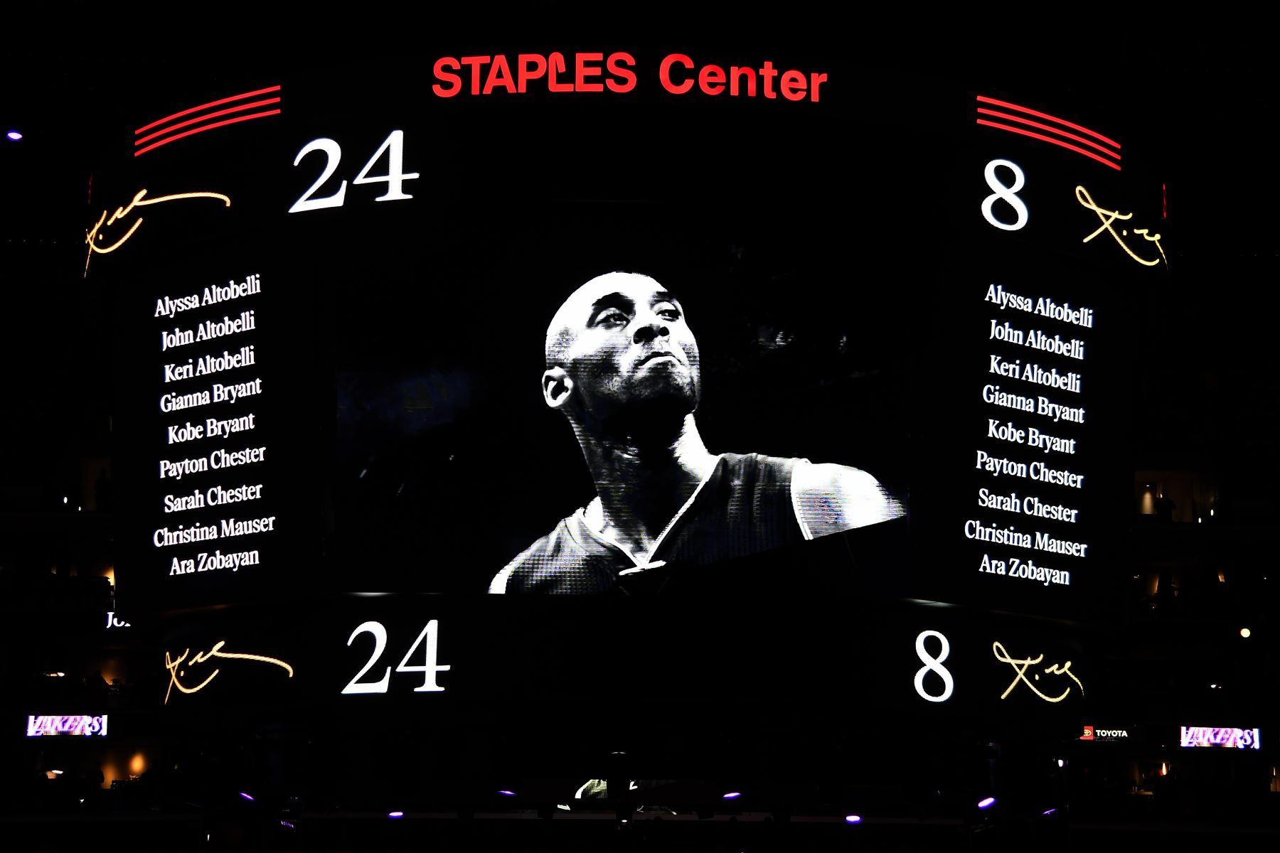 Los Ángeles Lakers honran a las nueve víctimas del accidente de helicóptero del domingo, durante la ceremonia previa al juego para Kobe Bryant antes del juego contra los Portland Trail Blazers en el Staples Center  en los Ángeles, California.  Foto: AFP