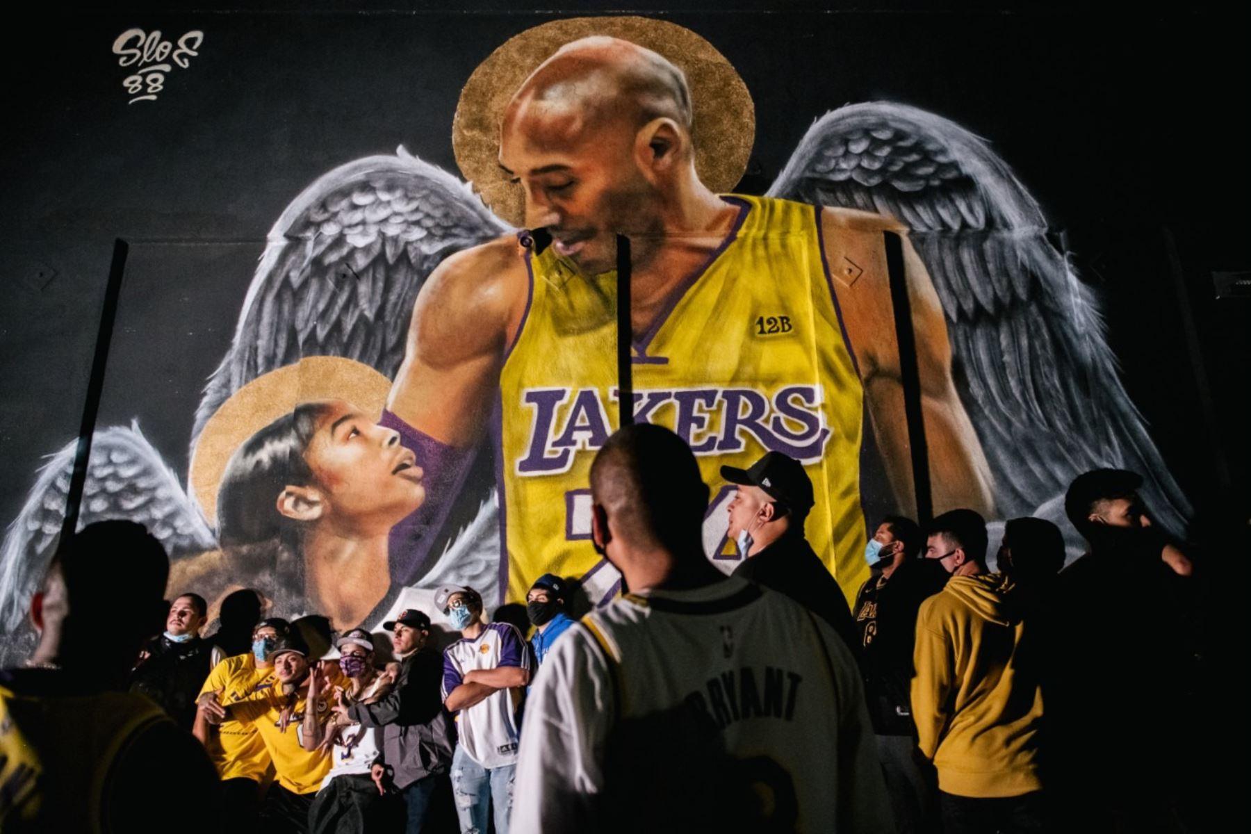 Los fanáticos de los Lakers hacen fila para celebrar frente a un mural de Kobe Bryant y su hija Gianna Bryant en los Ángeles, California. Foto: AFP