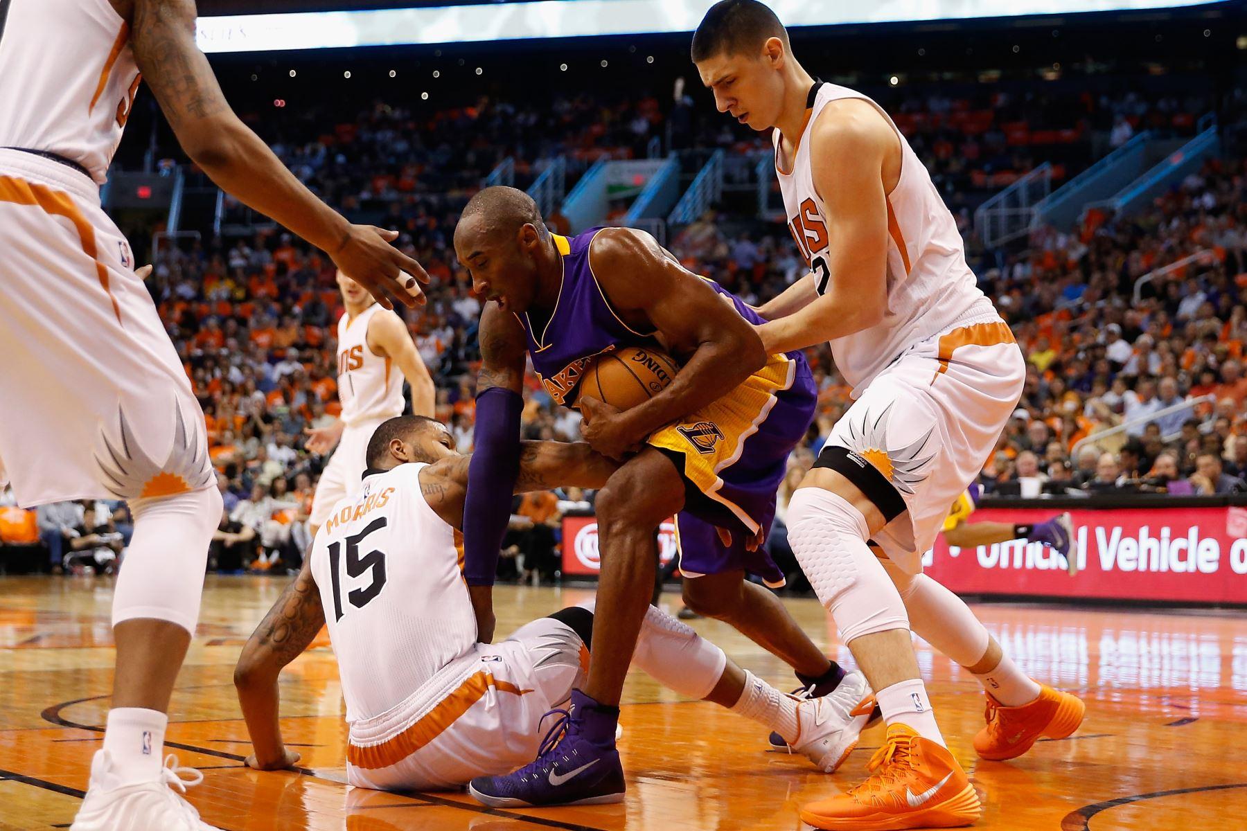Kobe Bryant, de Los Angeles Lakers lucha por la posesión del juego de la NBA en el US Airways Center el 29 de octubre de 2014 en Phoenix, Arizona. Foto: AFP
