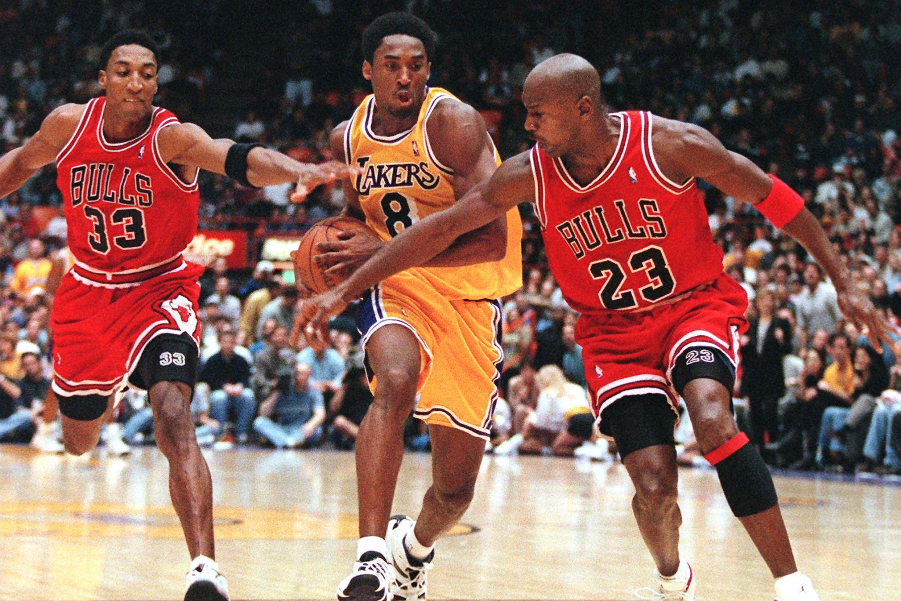 Scottie Pippen  y Michael Jordan de los Chicago Bulls intentan detener a Kobe Bryant de Los Angeles Lakers, mientras lidera un contraataque durante su juego del 01 de febrero en Los Angeles, California. Foto: AFP