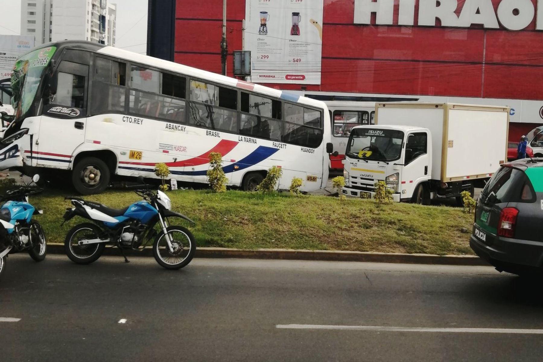 Cuádruple choque en la avenida La Marina, en el distrito de San Miguel. Foto: @CesarManuelC8