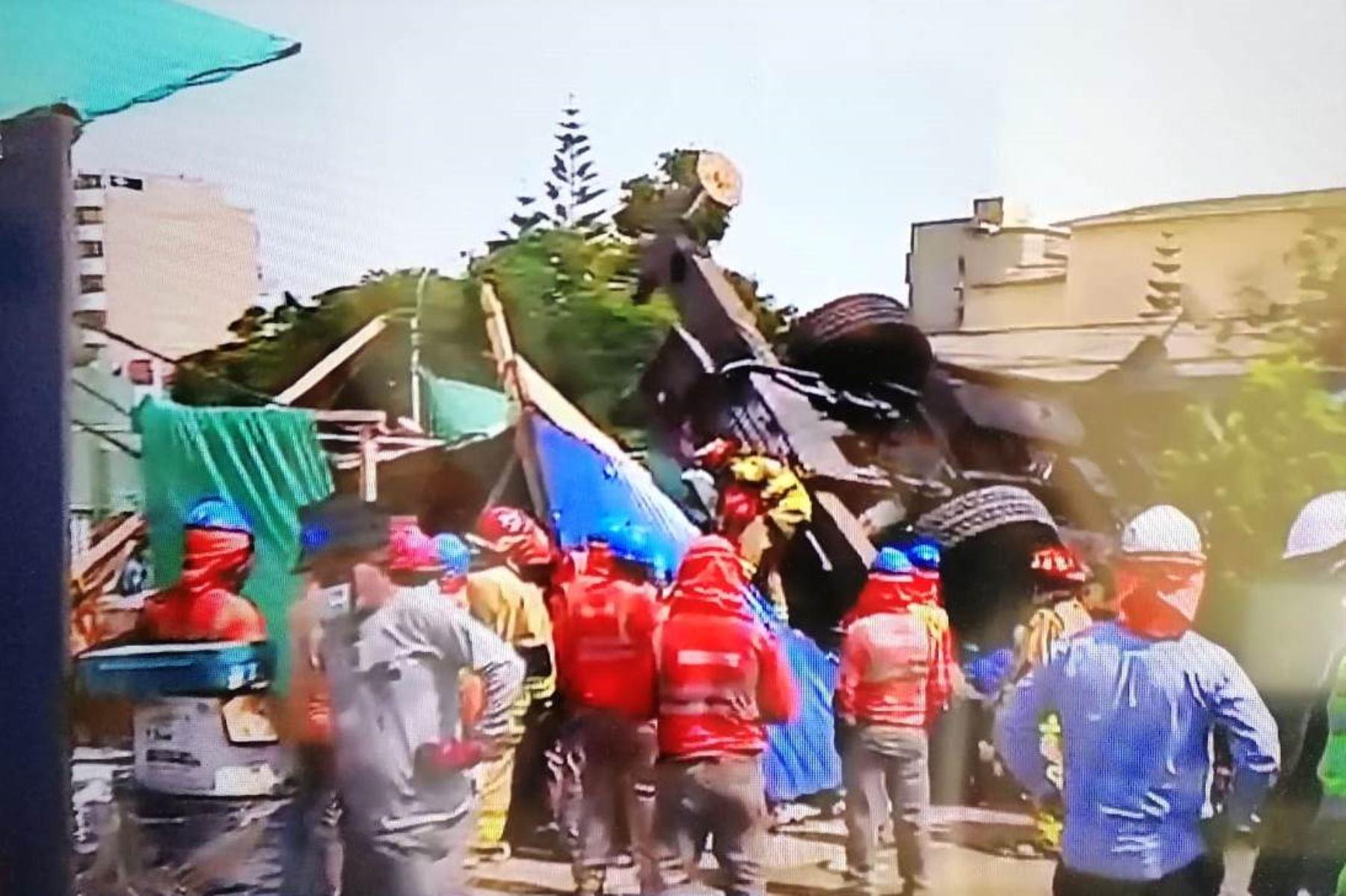 San Isidro: 3 obreros heridos y 2 atrapados por volcadura de grúa en obra de construcción. Captura TV