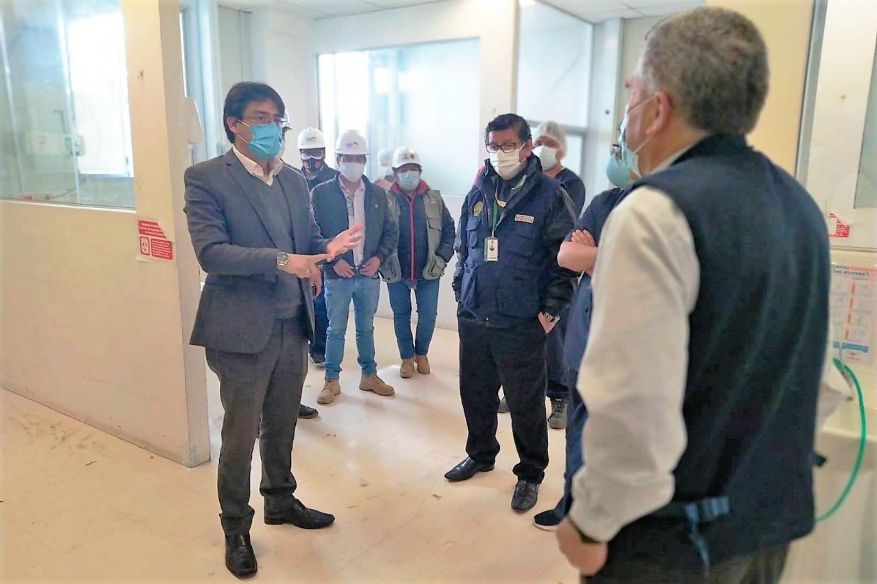 Gobernador regional de Cusco, Jean Paul Benavente, inspecciona los ambientes donde se instalarán camas UCI para atender a pacientes críticos de covid-19. Foto: ANDINA/Difusión