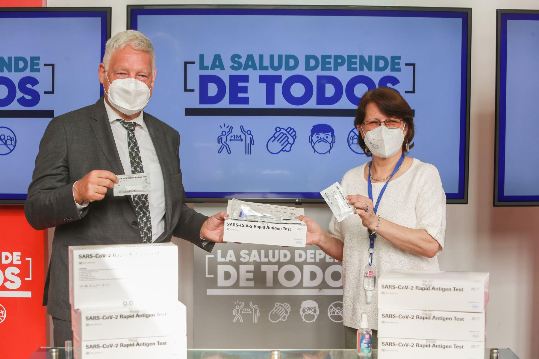 Minsa recibió una importante donación de 75 600 pruebas de antígenos para el diagnóstico de la Covid-19 por parte del Gobierno de Alemania, participaron en el acto, la ministra de Salud, Pilar Mazzetti, el Embajador de Alemania en el Perú, Stefan Andreas Herzberg, y la Directora General de Europa de la Cancilleria Peruana, María Teresa Merino de Hart. Foto: ANDINA/Minsa