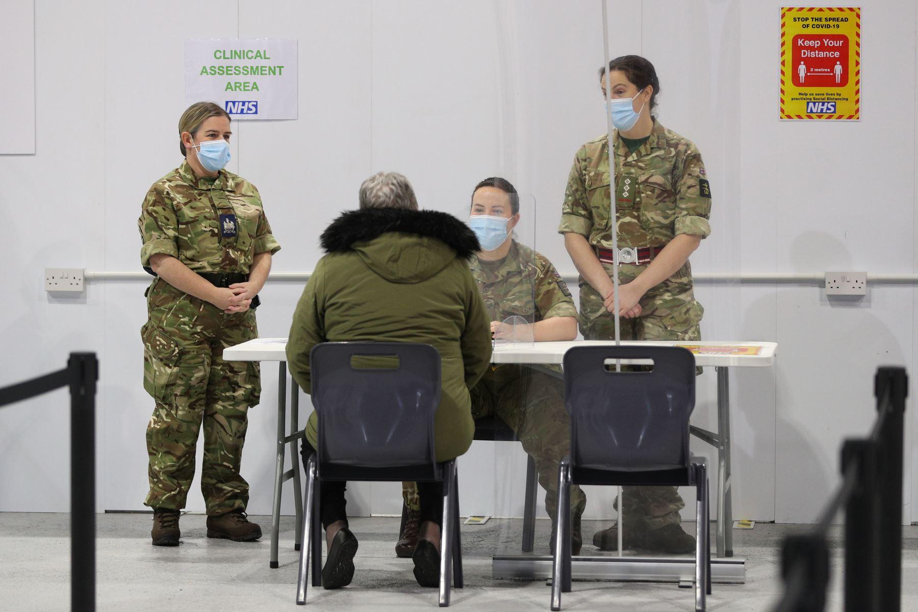 El personal militar habla con Joanne McLaren cuando llega a la clínica en Winter Gardens en Blackpool, que se ha convertido como centro de vacunación de covid-19. Foto: AFP