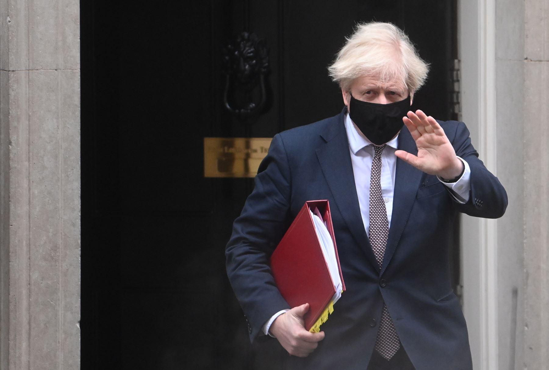 Johnson evalúa relajar las restricciones hacia mediados que se tomaran en los próximos días. Foto: AFP