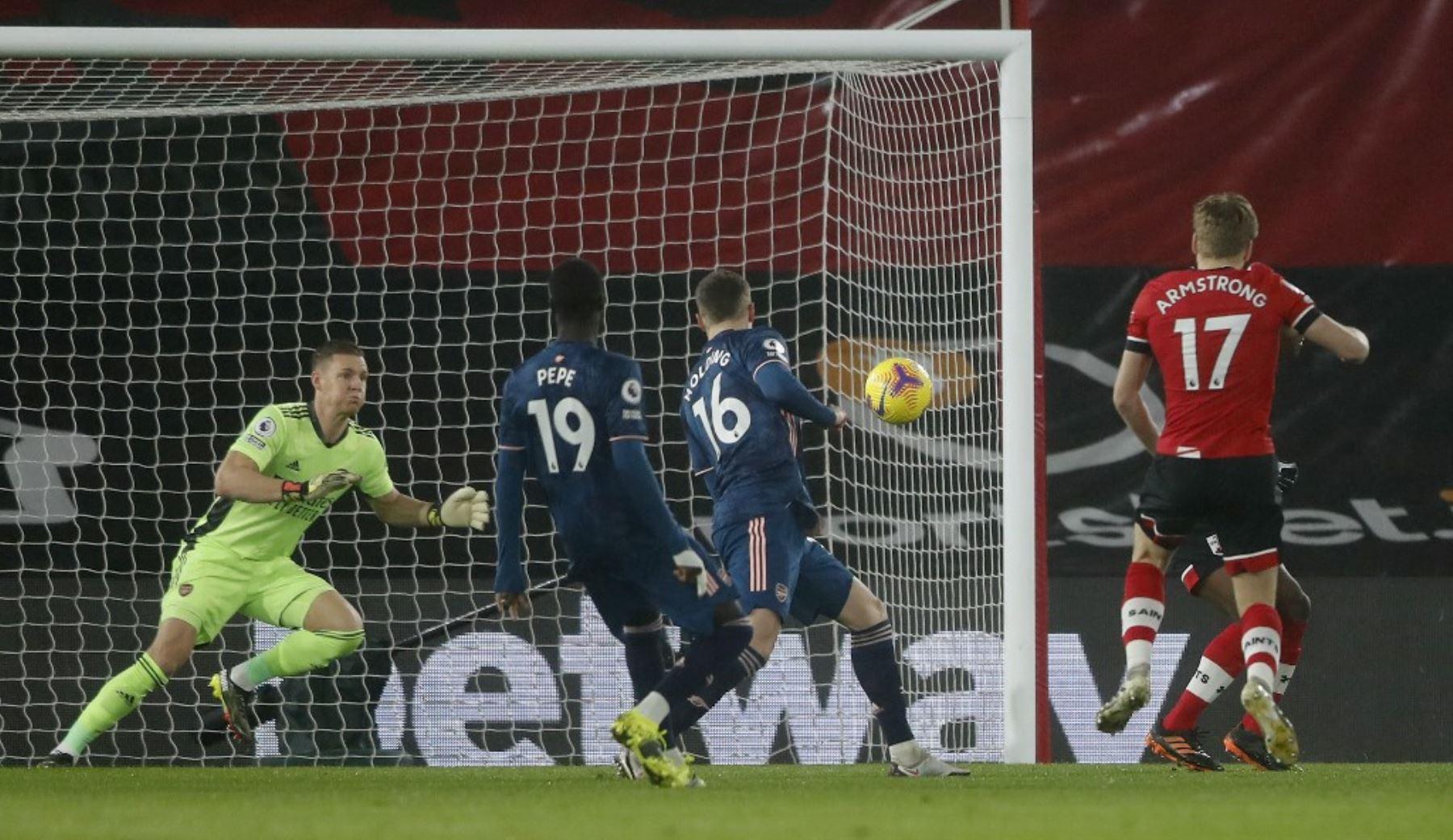 El centrocampista escocés de Southampton Stuart Armstrong marca el gol de apertura durante el partido de fútbol de la Premier League inglesa entre Southampton y Arsenal en St Mary