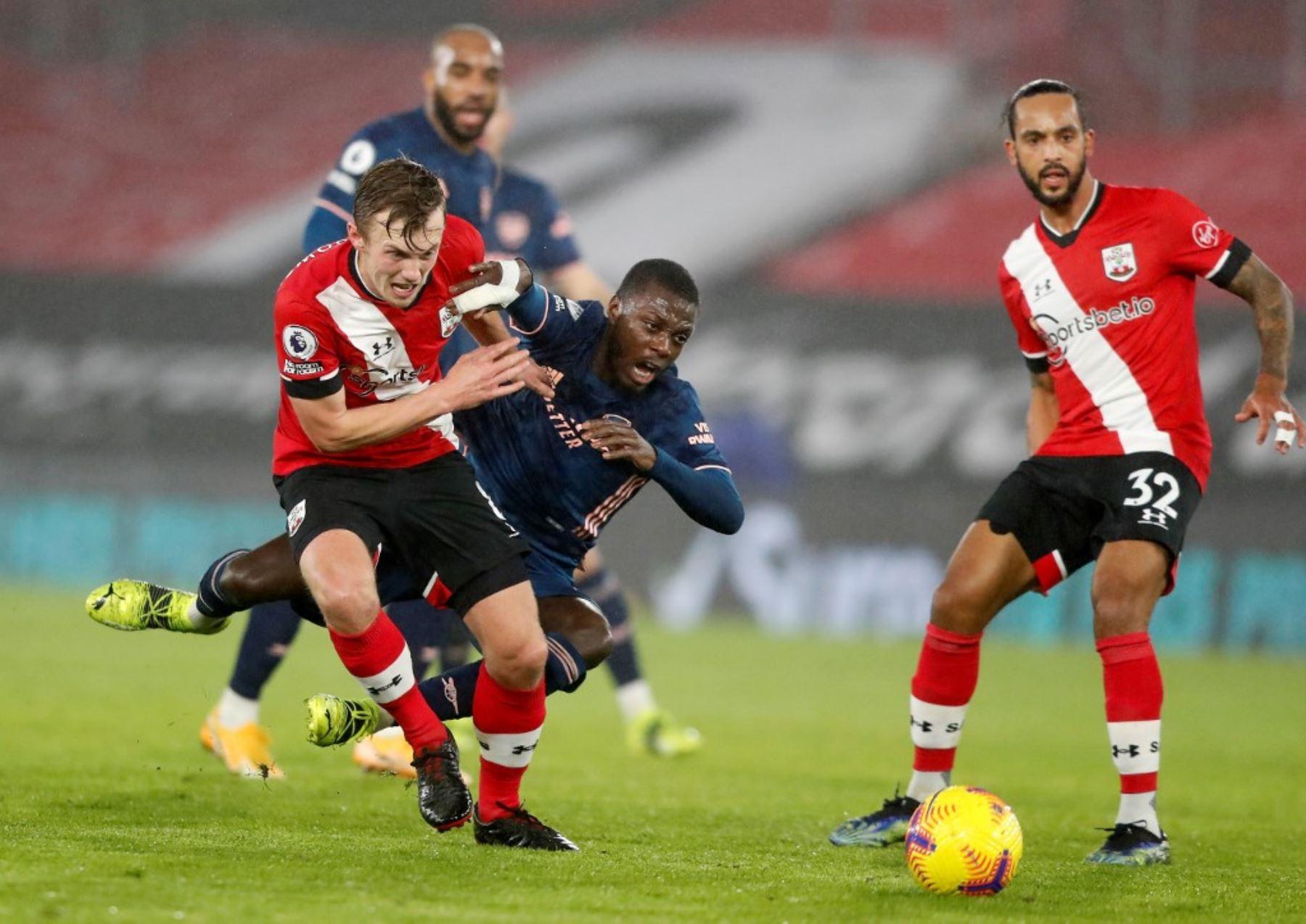 El centrocampista inglés de Southampton James Ward-Prowse (L) compite con el centrocampista marfileño nacido en Francia del Arsenal, Nicolas Pepe (C) durante el partido de fútbol de la Premier League inglesa entre Southampton y Arsenal en St Mary