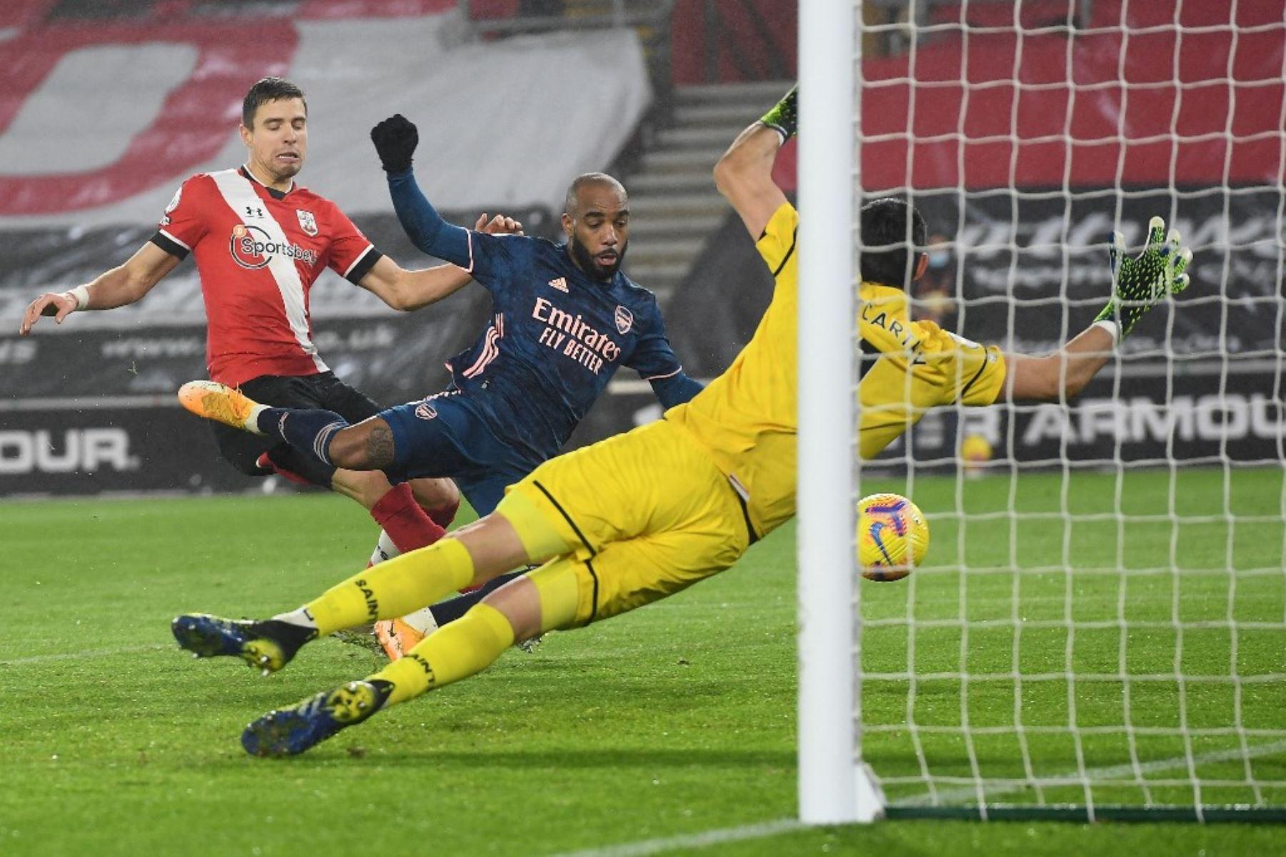 El delantero francés del Arsenal Alexandre Lacazette (C) anota el tercer gol de su equipo durante el partido de fútbol de la Premier League inglesa entre Southampton y Arsenal en el St Mary