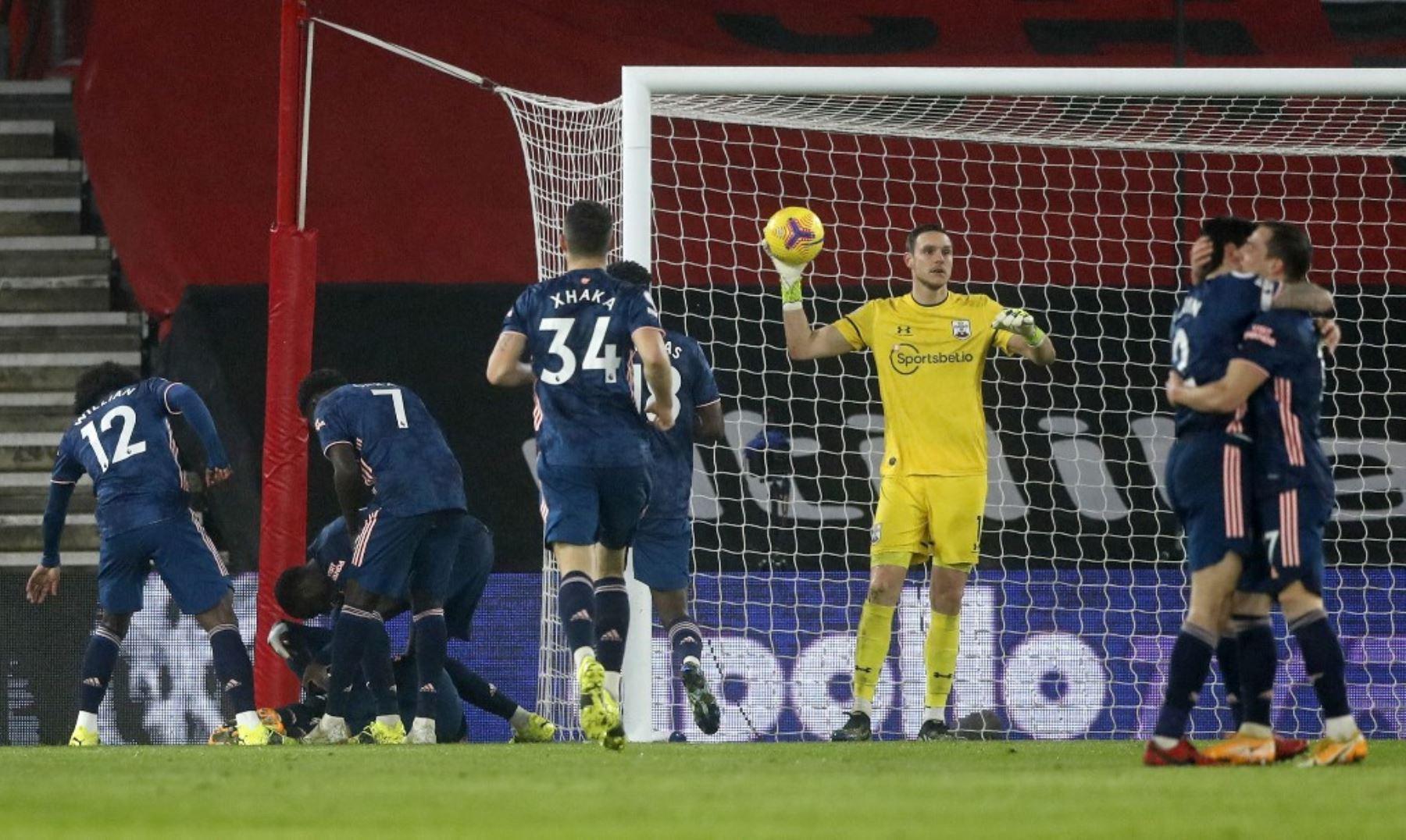 El delantero francés del Arsenal Alexandre Lacazette es acosado por sus compañeros de equipo después de anotar el tercer gol de su equipo durante el partido de fútbol de la Premier League inglesa entre Southampton y Arsenal en el St Mary