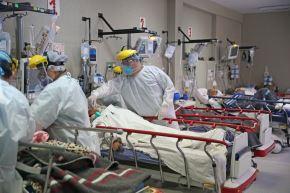 Personal de salud atiende a pacientes covid-19 internados en una sala de cuidados intensivos. ANDINA/Jhonel Rodríguez Robles